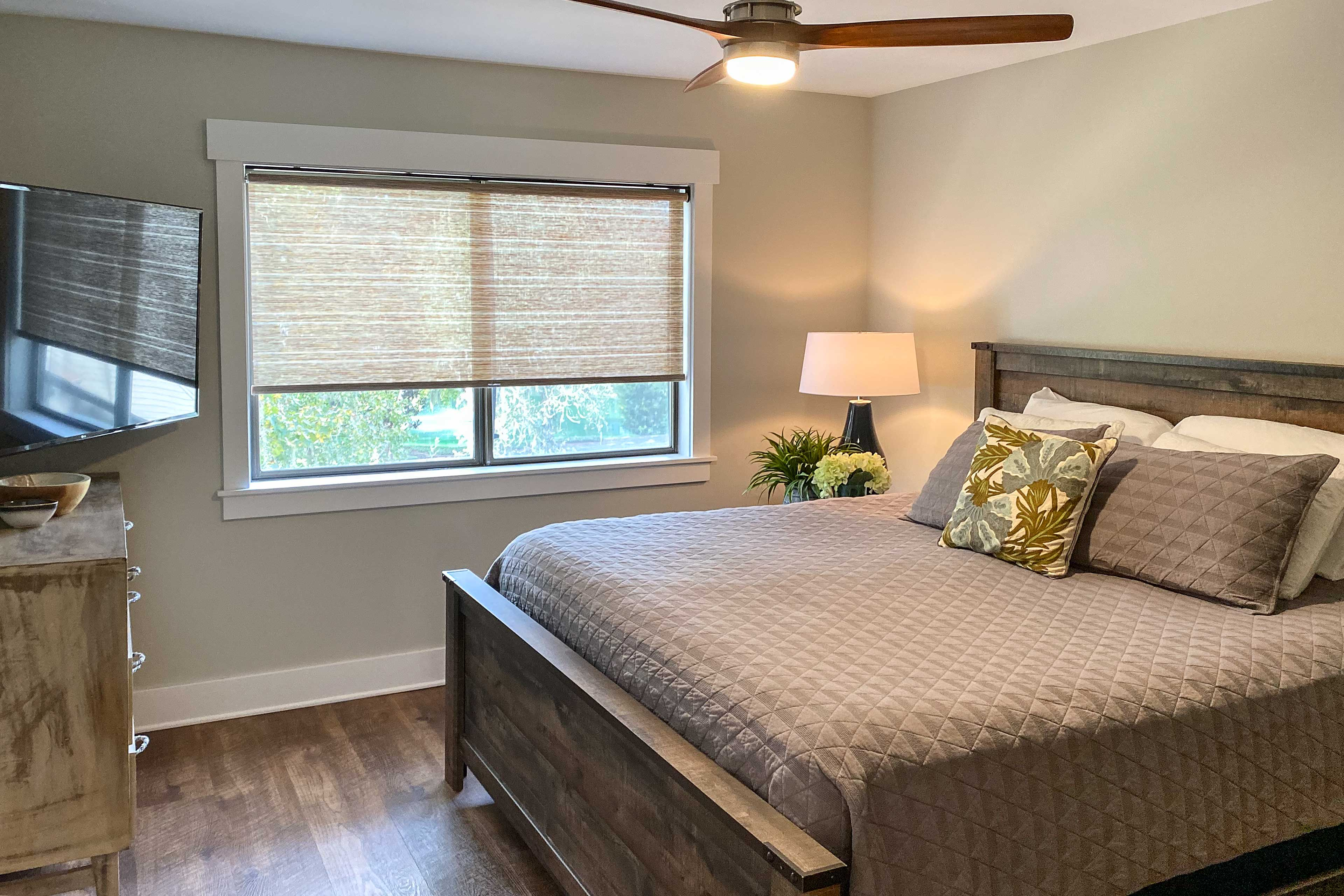 The bedroom is equipped with a flat-screen Smart TV.