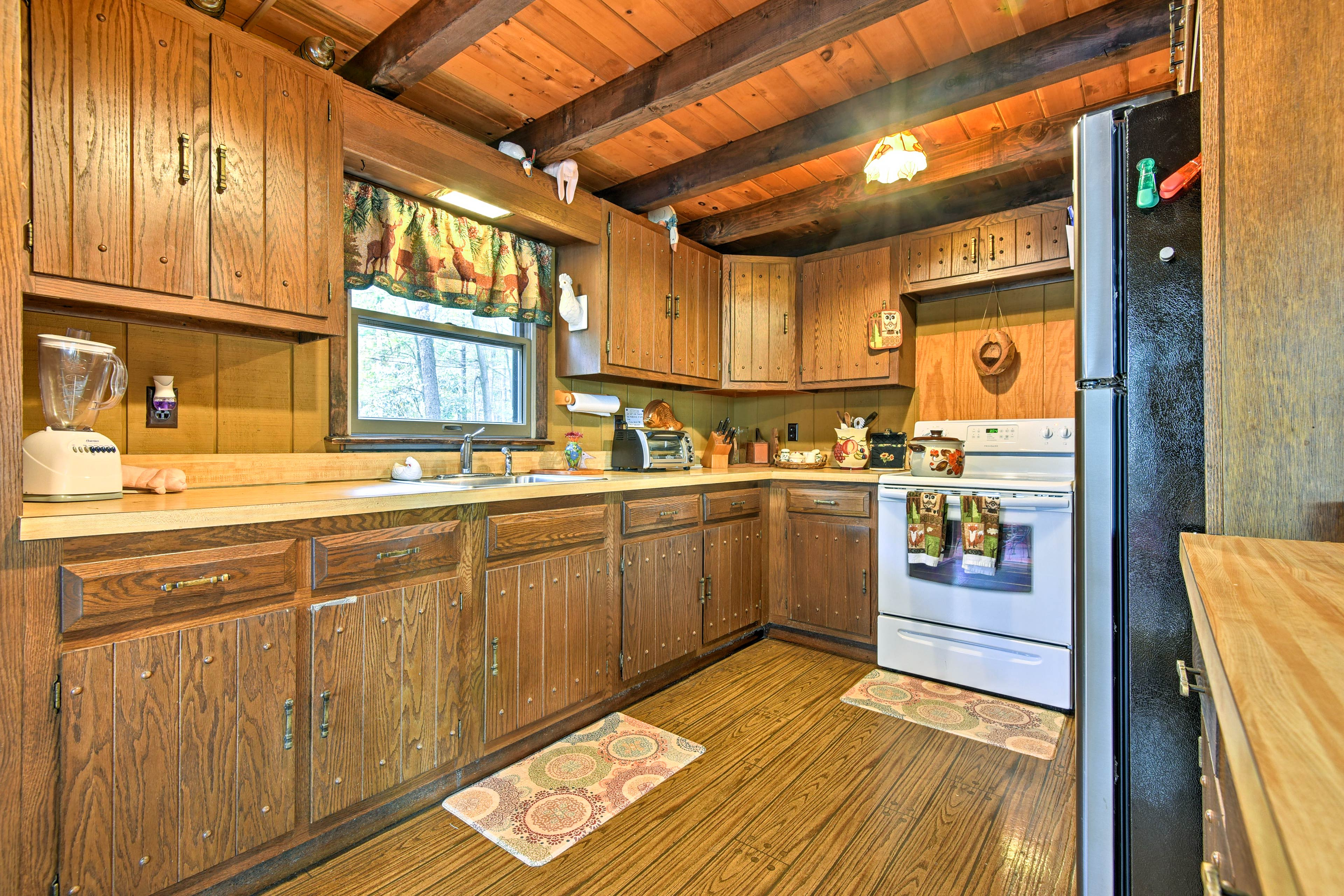 The well-equipped kitchen has everything you need.