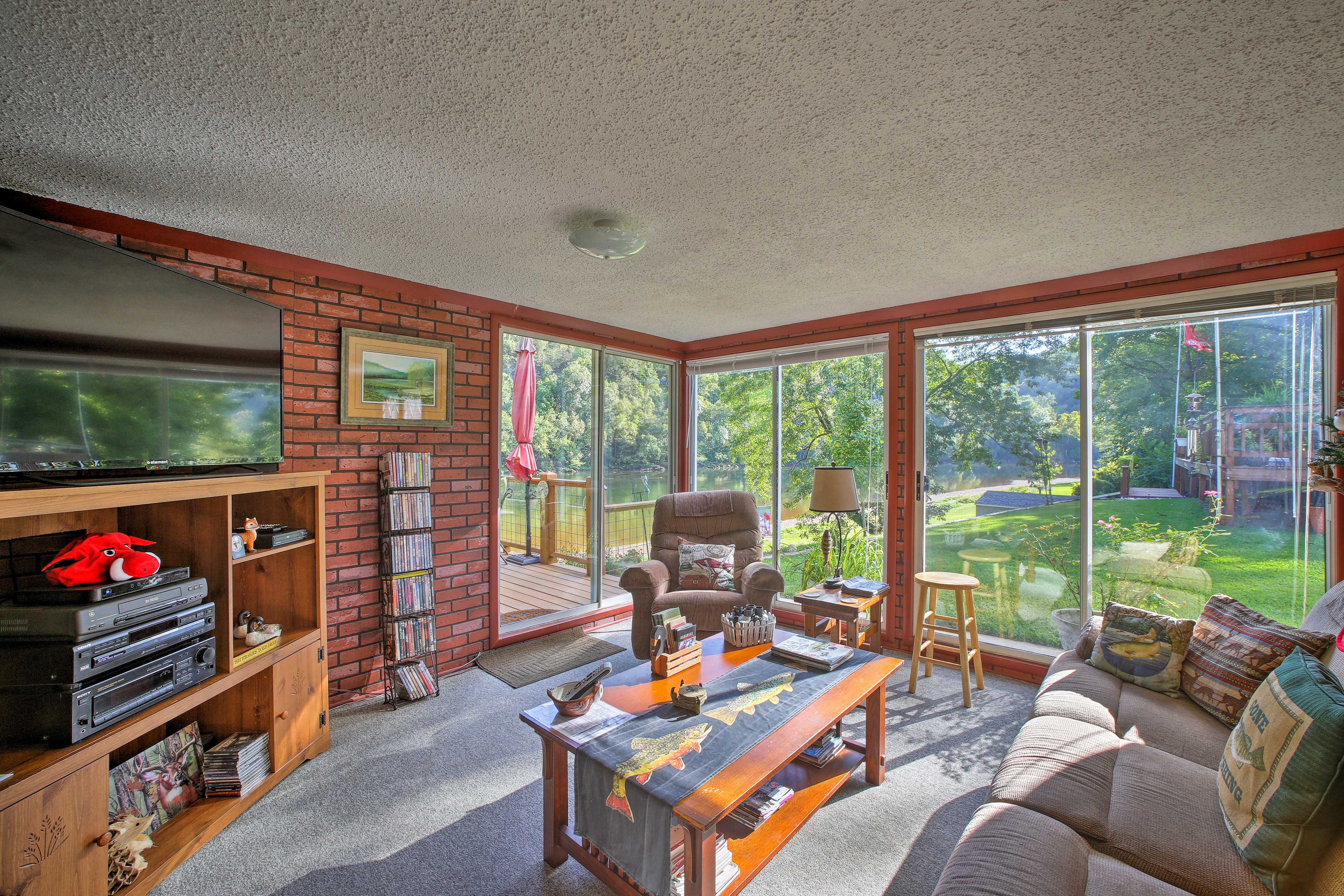 This 2-bed, 1.5-bath cottage for 4 sits on a beautiful bend of the White River.