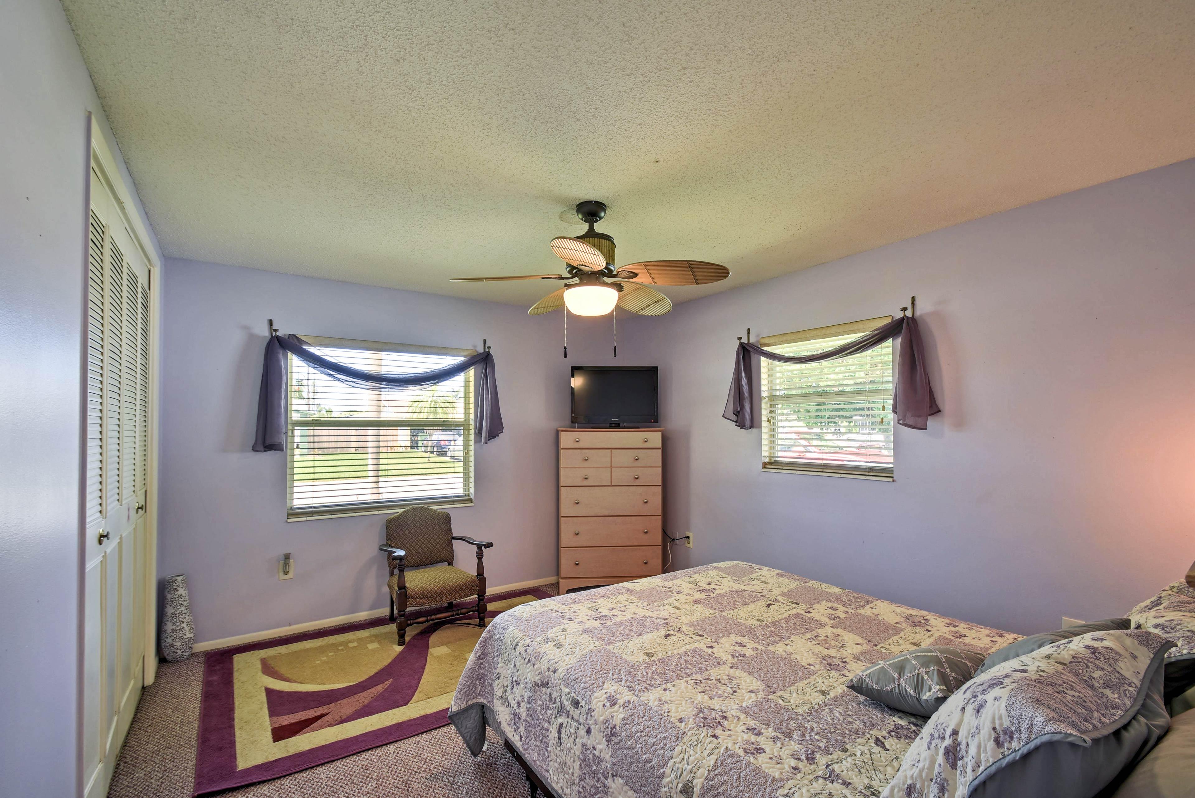 Bedroom 2   Queen Bed   Flat-Screen TV