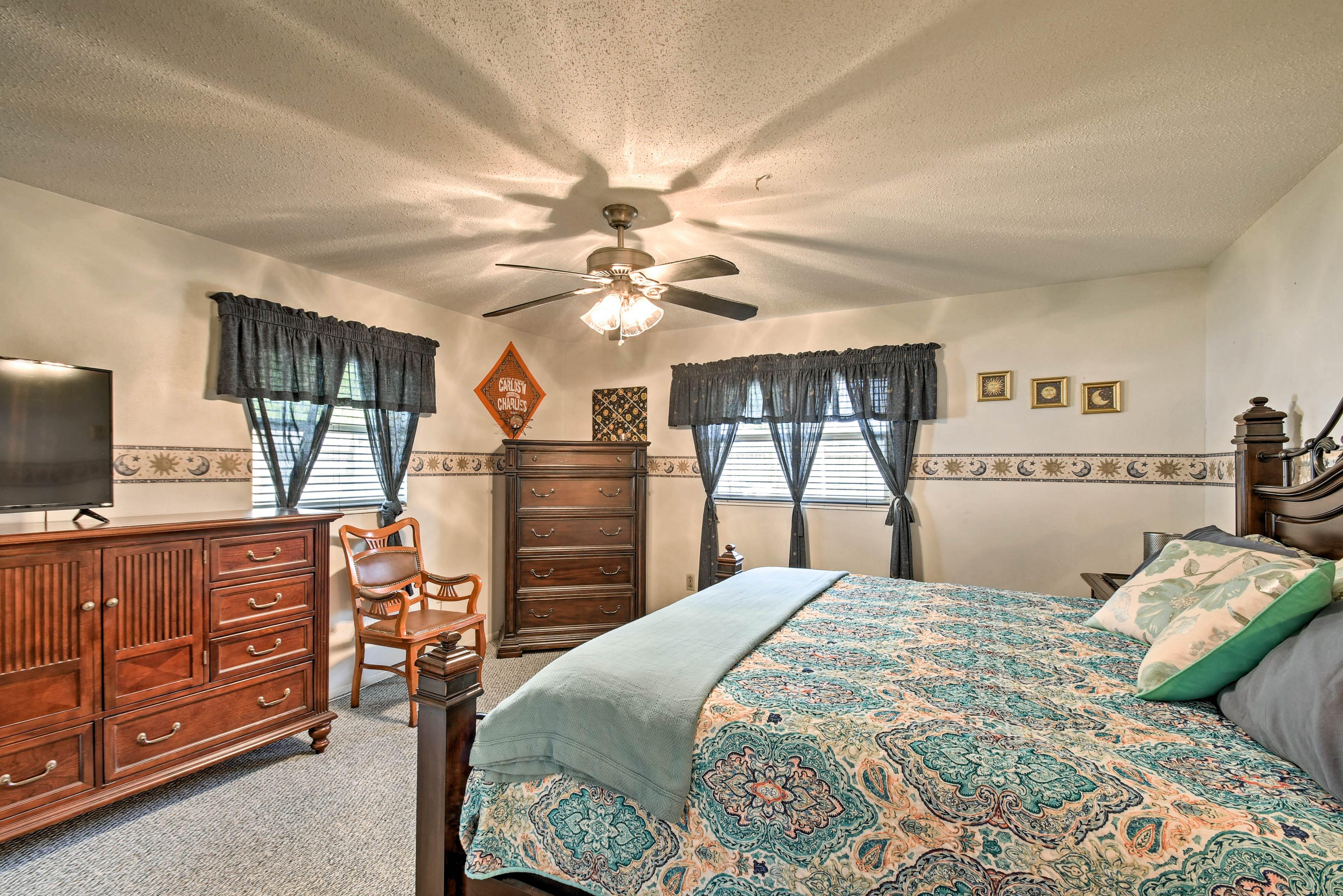 Main Bedroom   King Bed   Smart TV