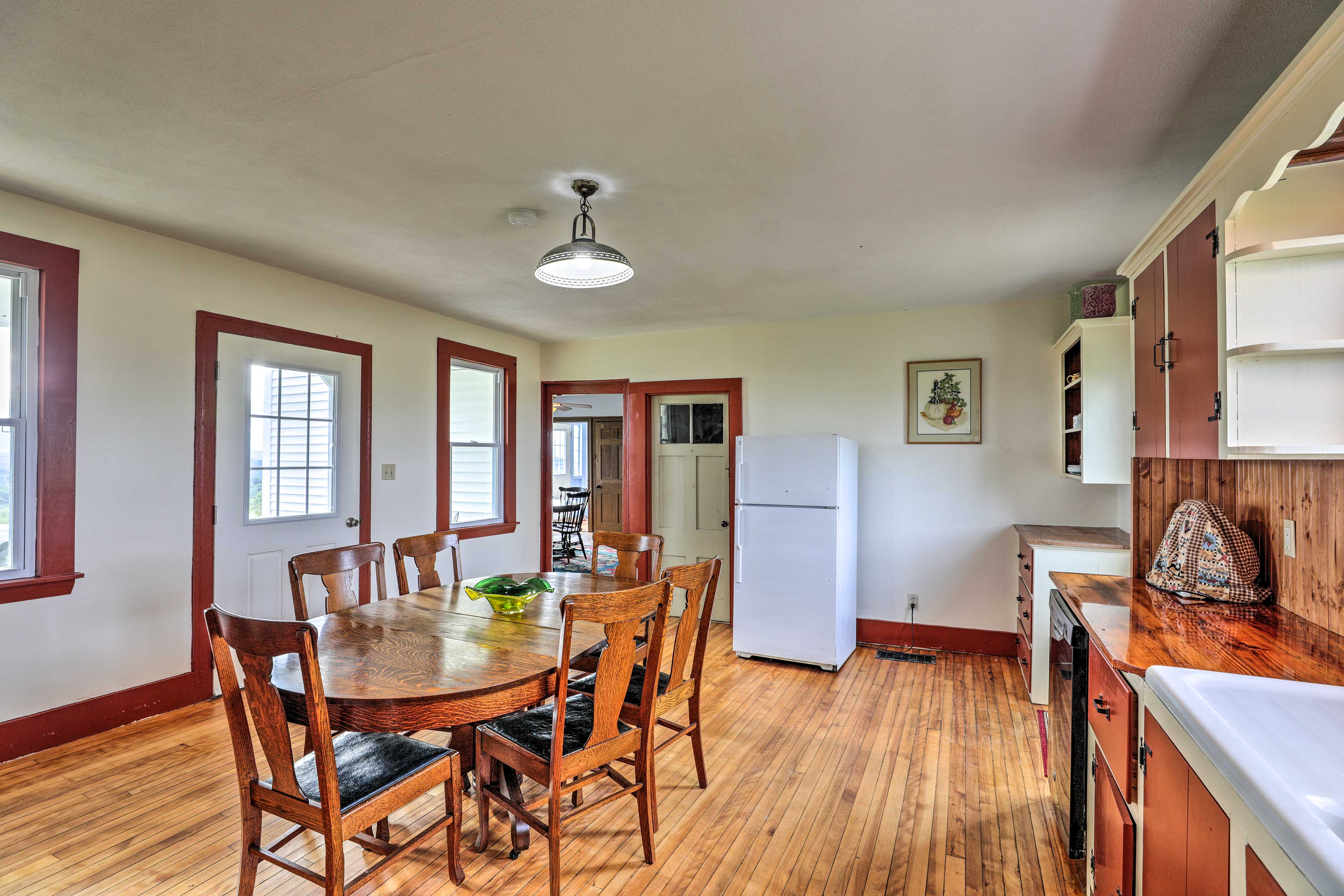The kitchen has a 6-person table that is perfect for morning coffee.