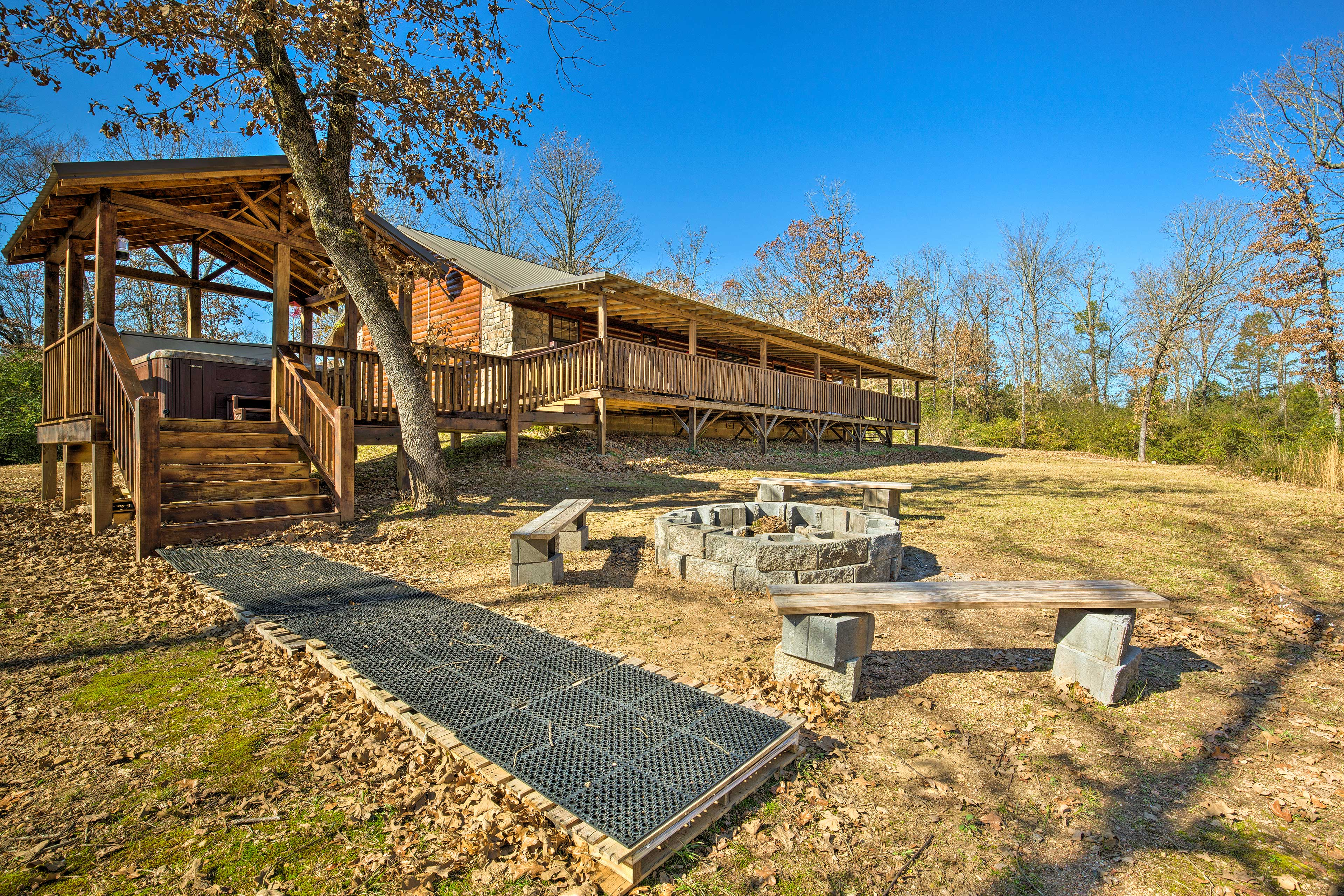 This beautiful cabin lies between Broken Bow Reservoir and Red River.