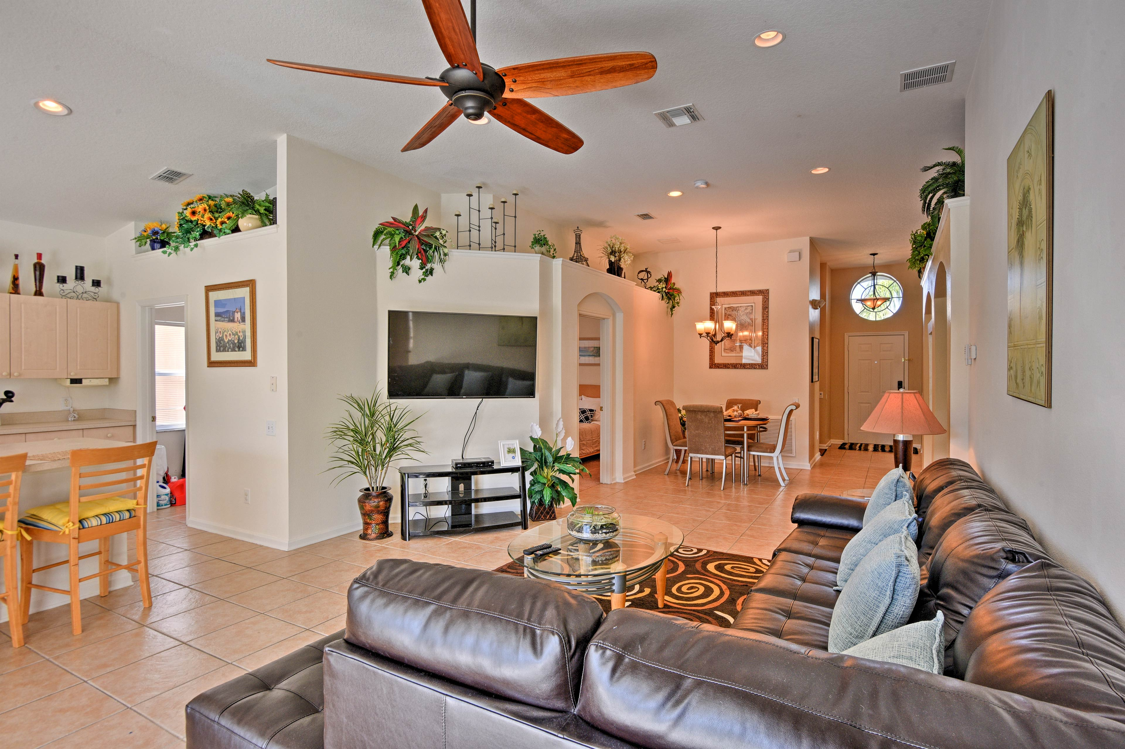 Tropical decor sets the stage for your next Kissimmee getaway!