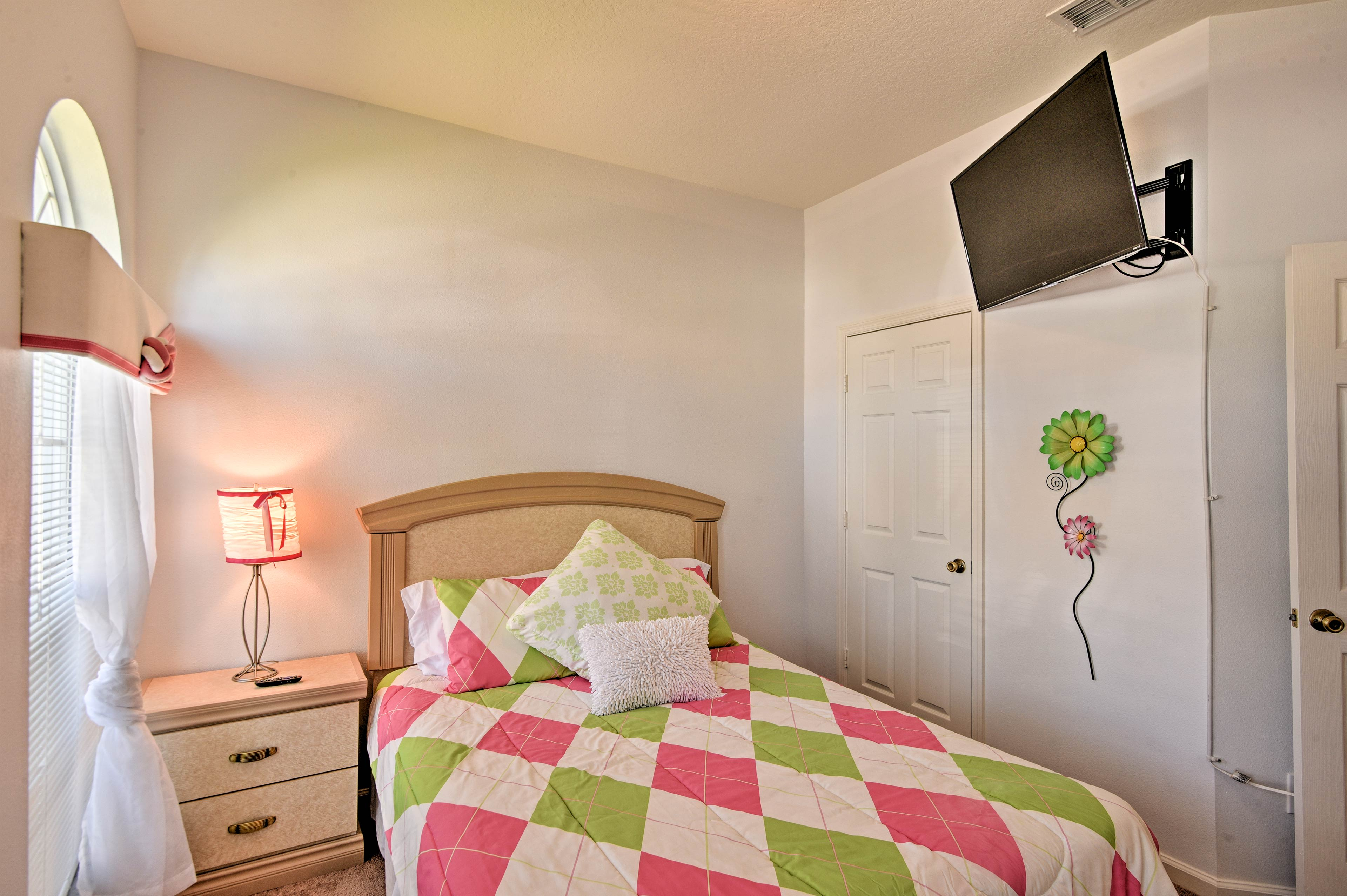 This room also hosts a queen bed.