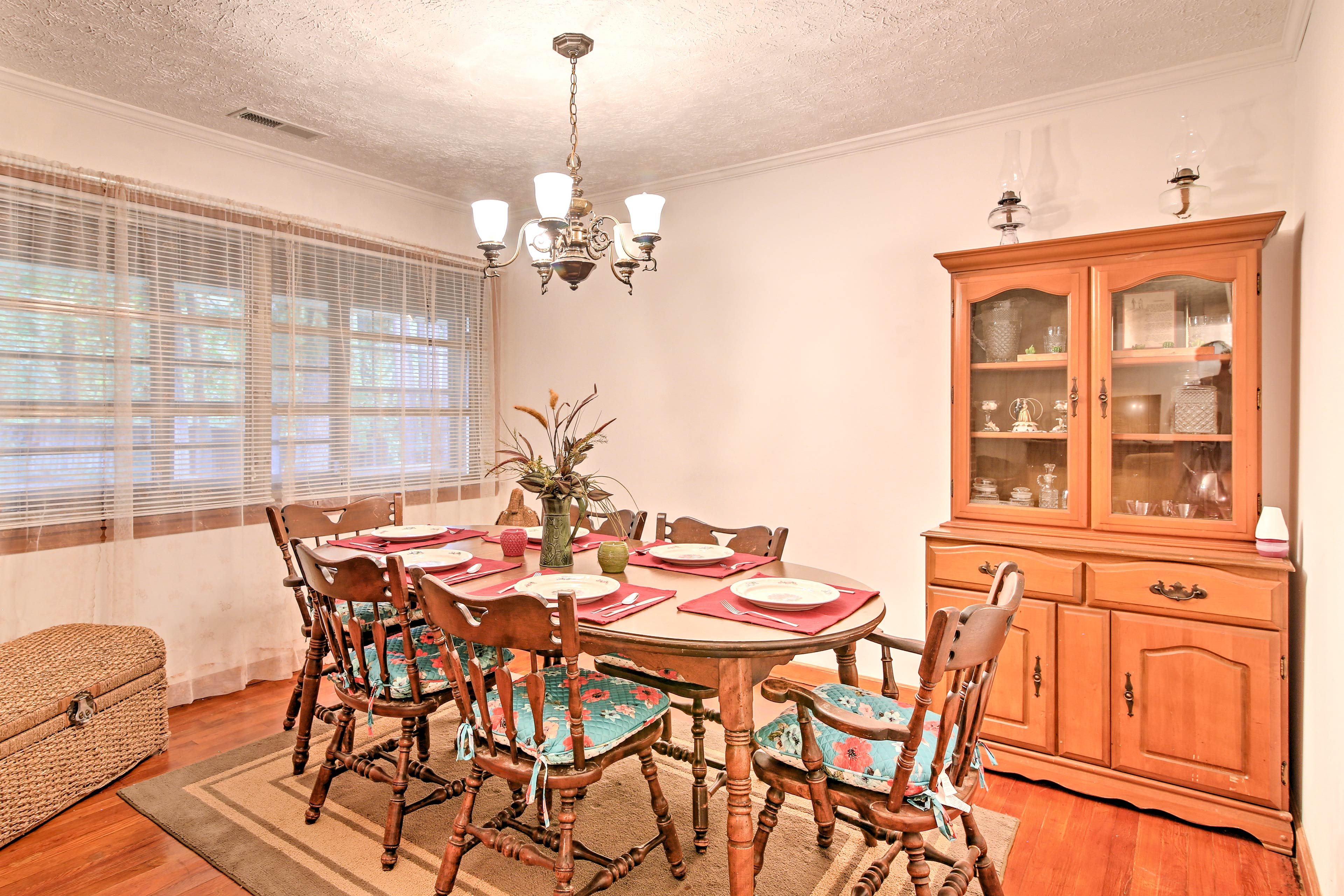 Dine together at this 6-person table, with additional seating in the kitchen.