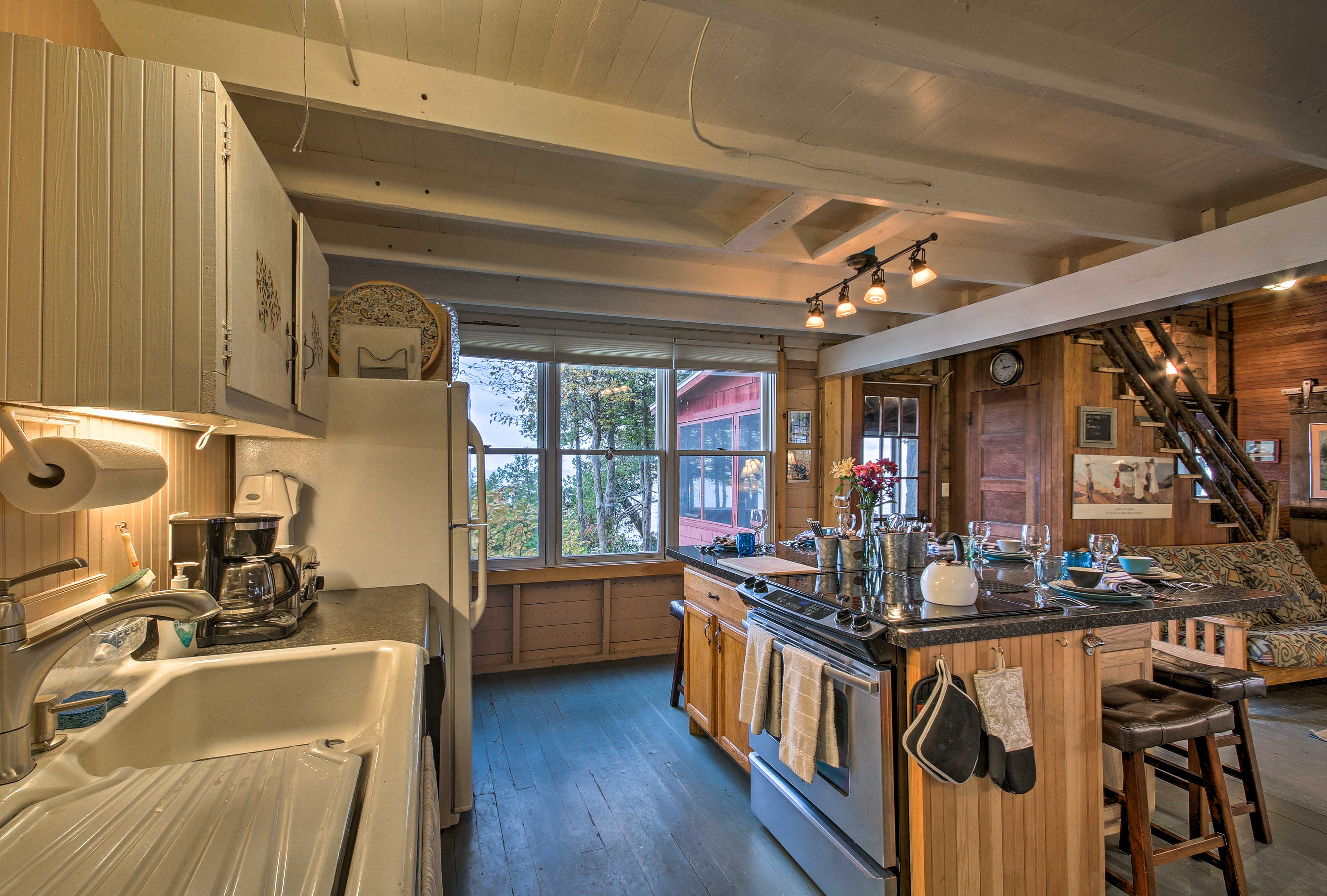 The fully equipped kitchen will make your meal preparations a breeze.