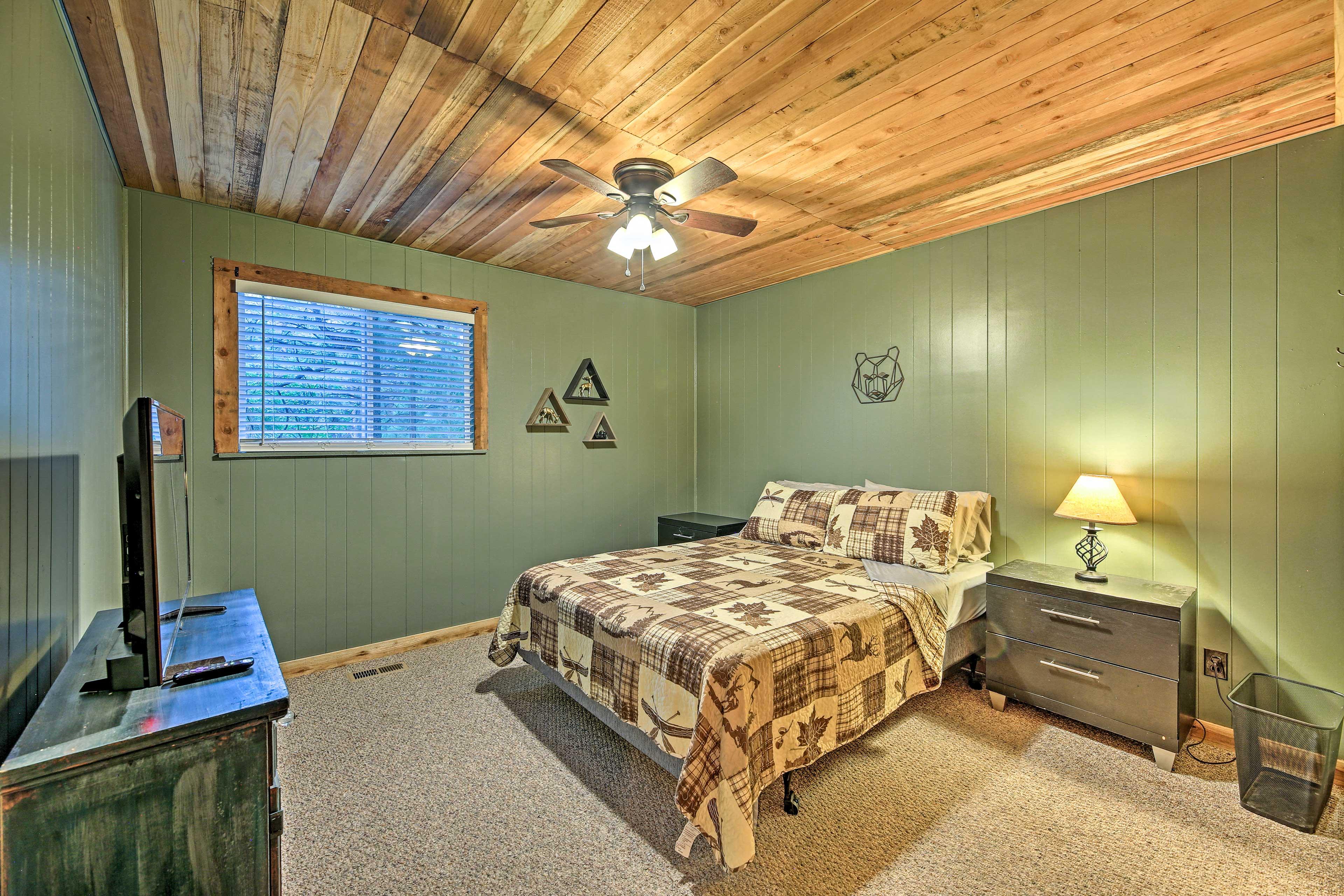 Bedroom 1 | Queen Bed | Main Floor