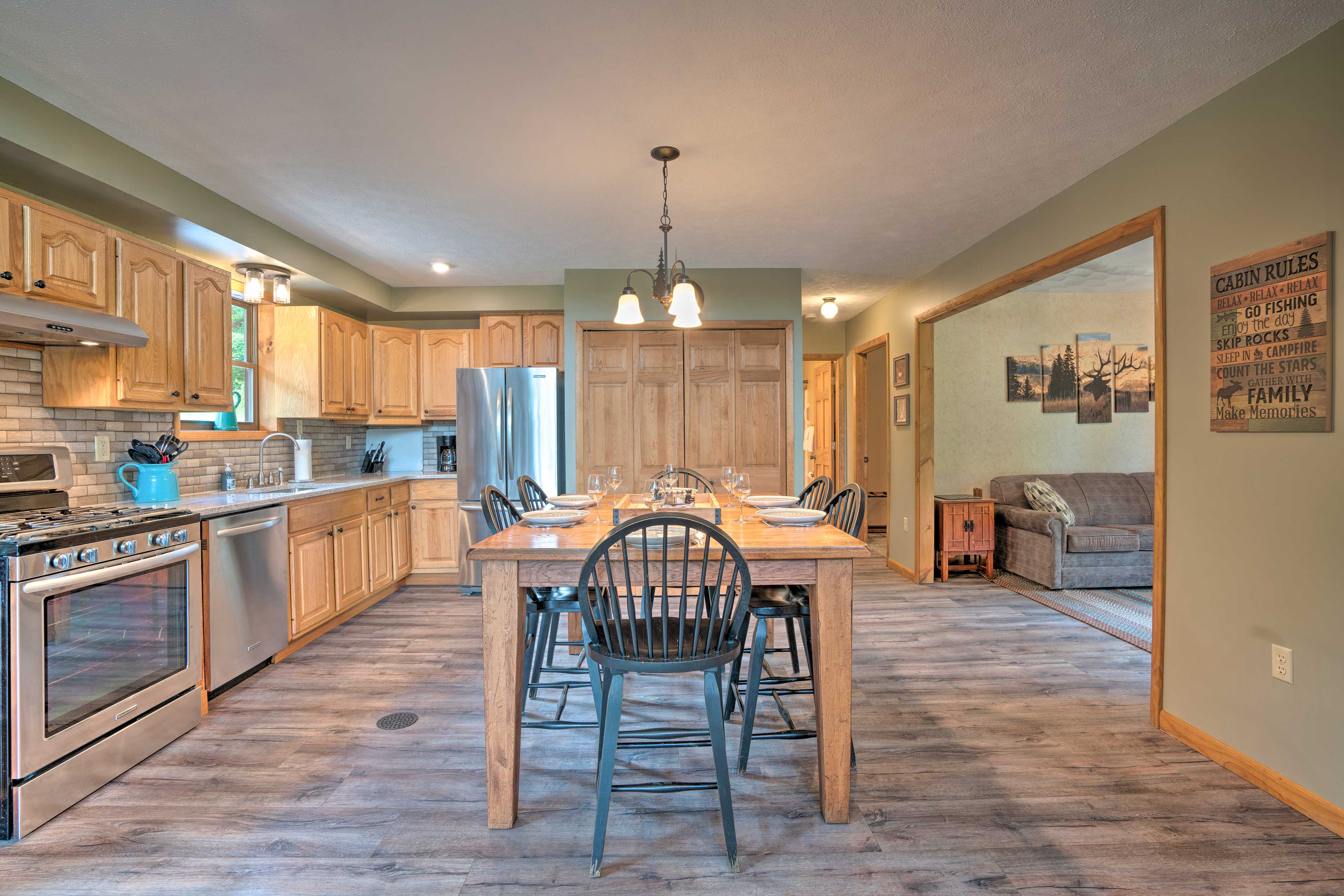 The fully equipped kitchen has everything you need.