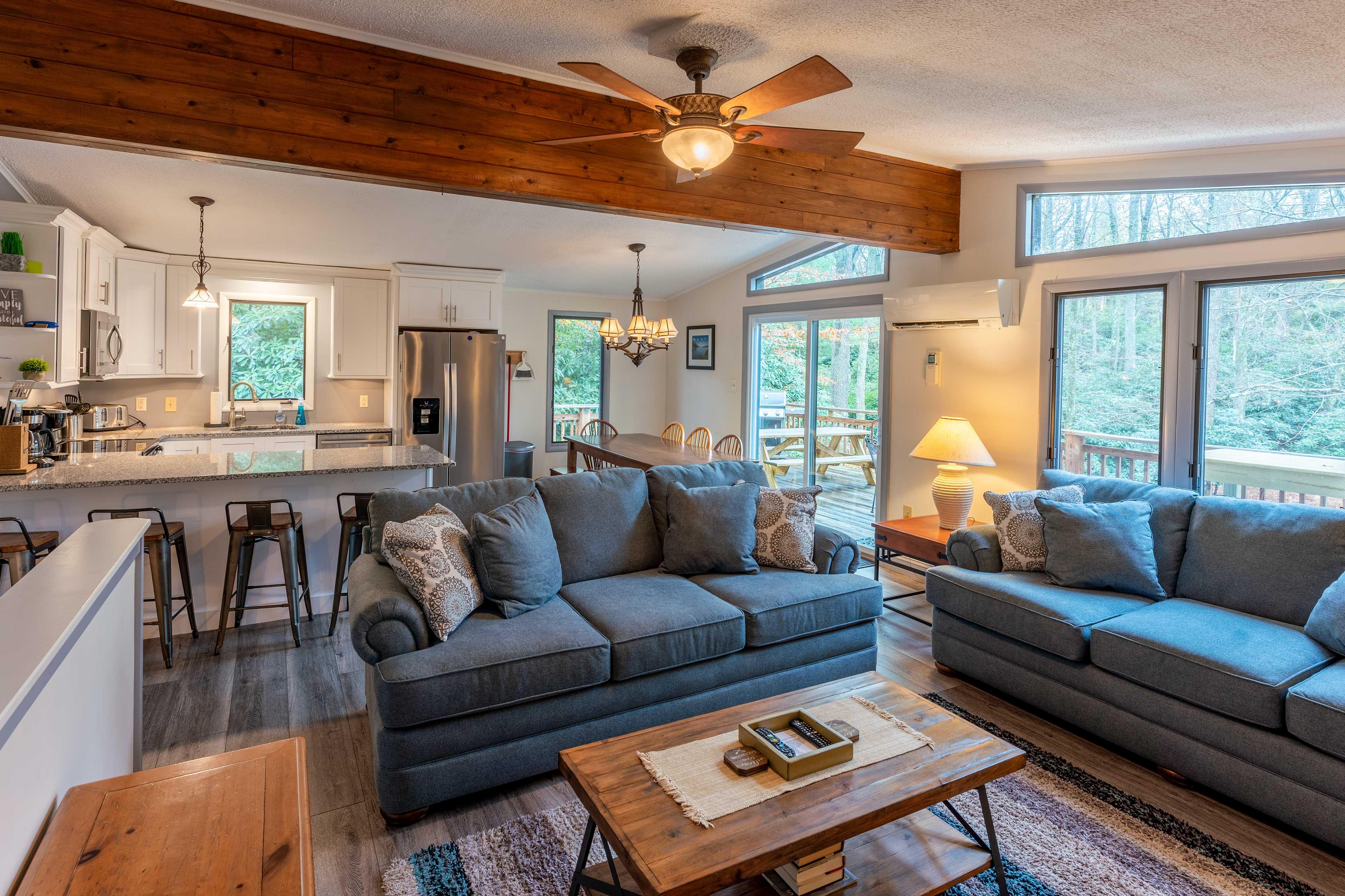 Living Room   Floor-to-Ceiling Windows   Free WiFi