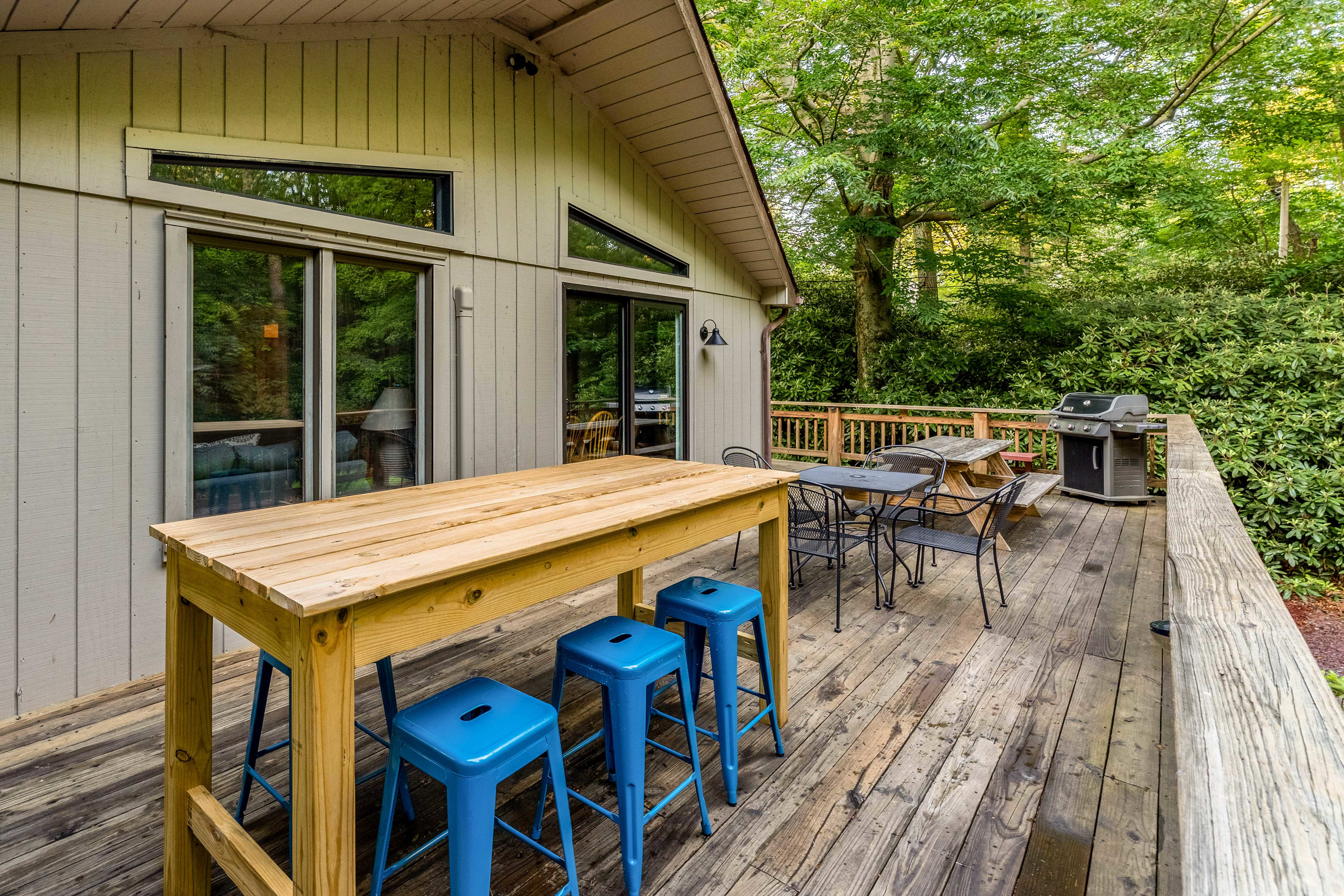 Deck   Ample Seating   Gas Grill