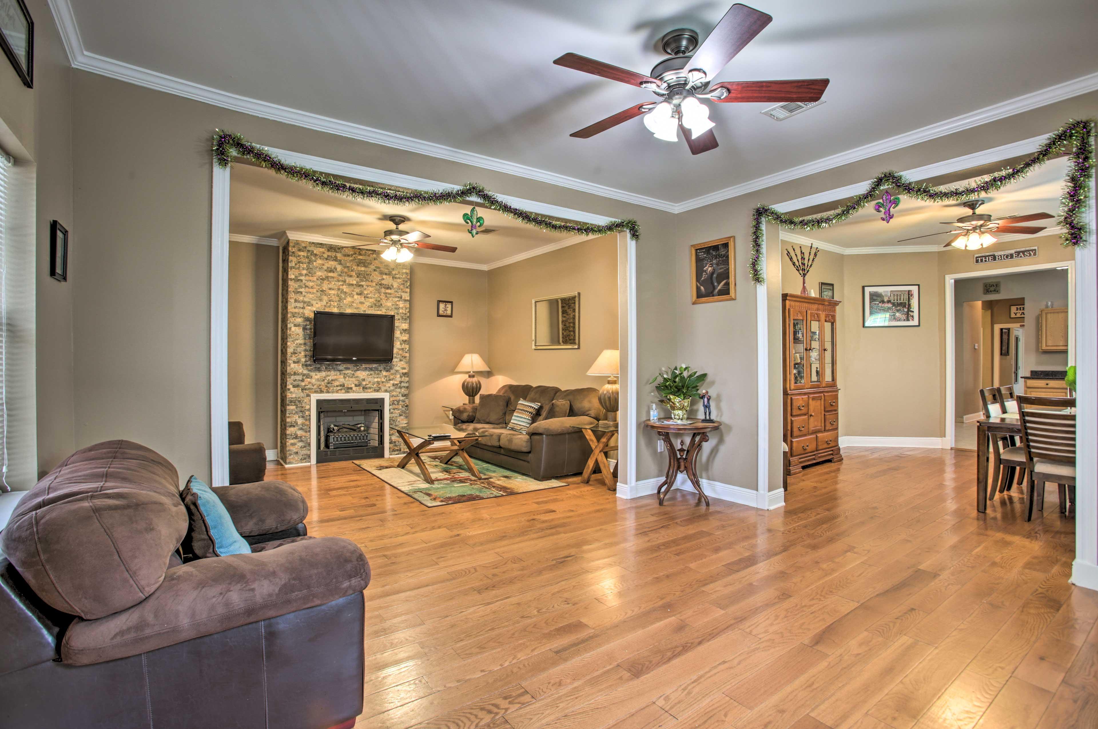 Living Room | Hardwood Floors | 10' Ceilings