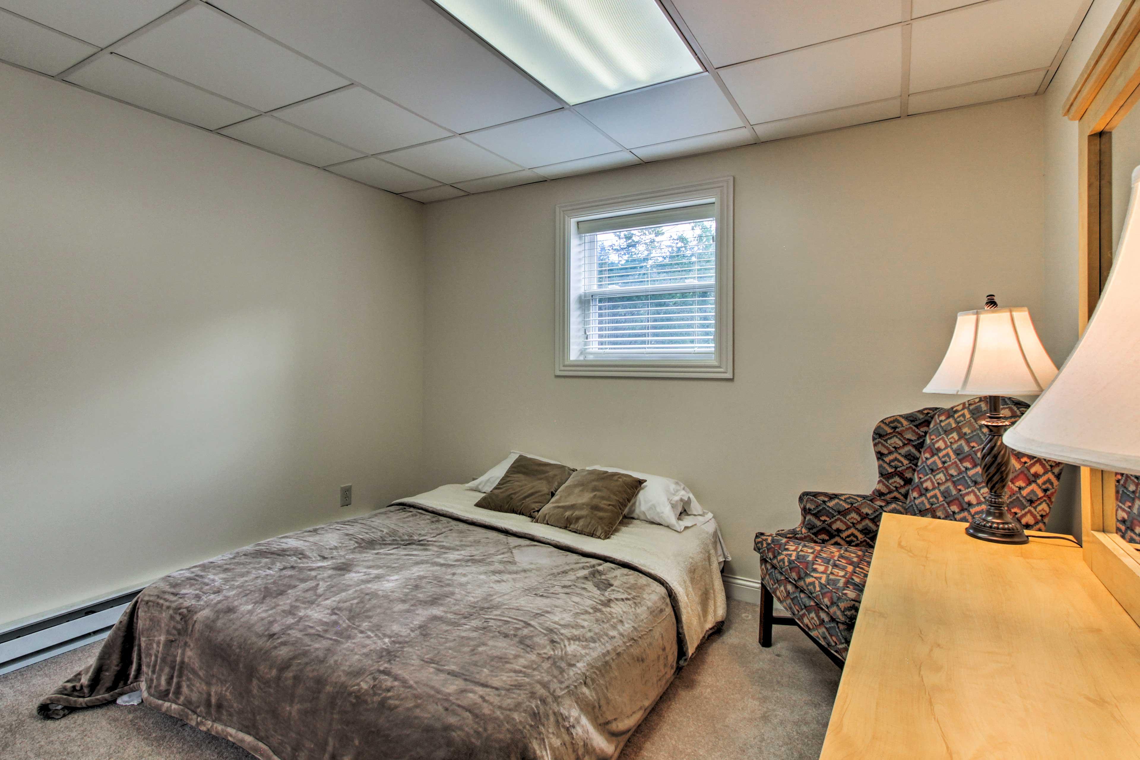 Bedroom 6   Queen Bed