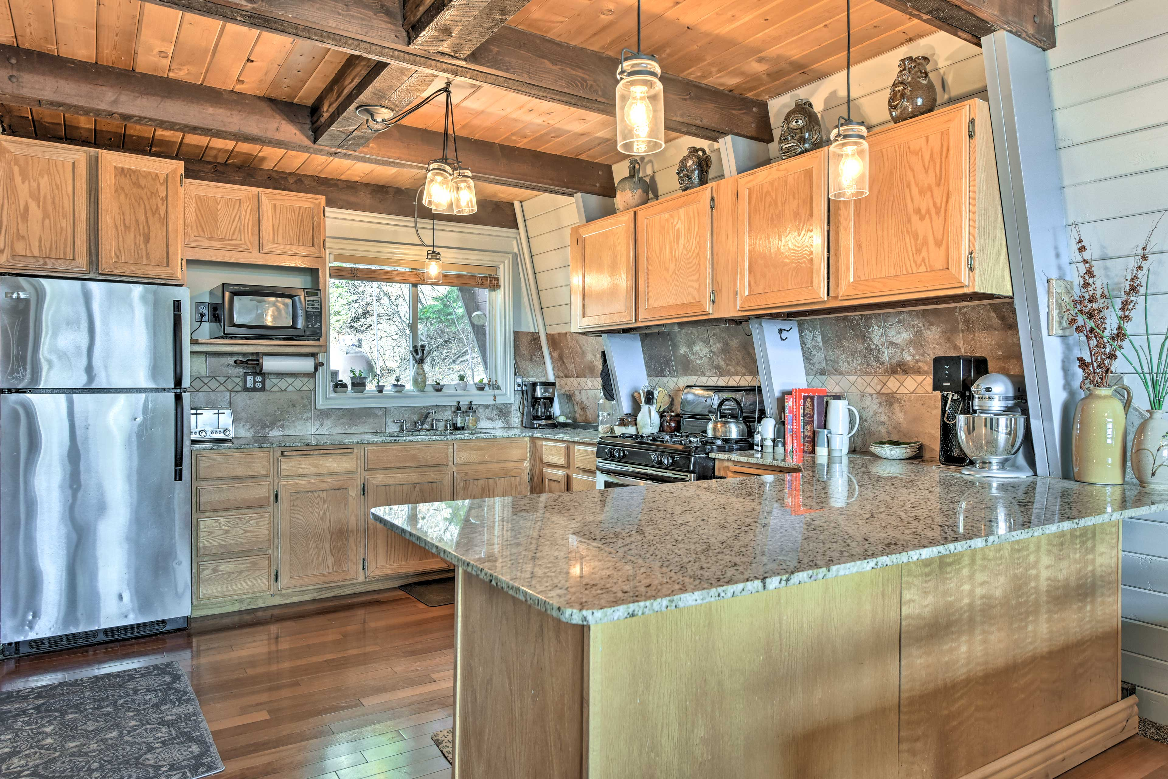 Fully equipped, the kitchen has everything you need for home-cooked cuisine.