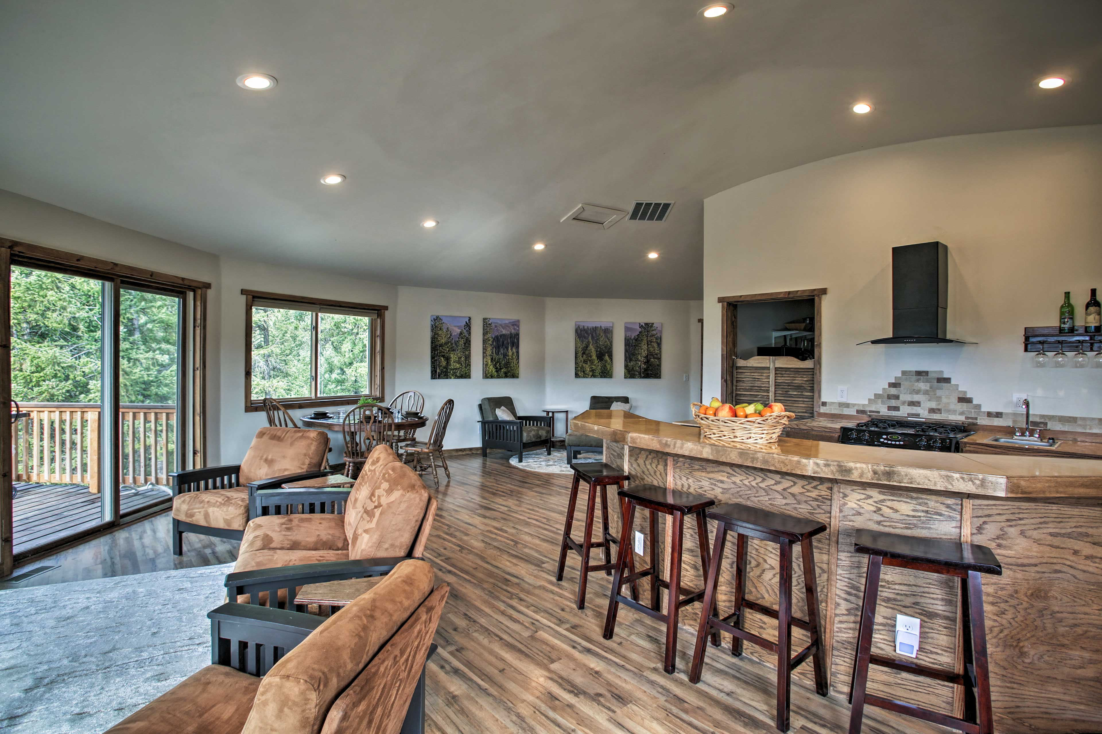 The open floor concept makes it easy to entertain!
