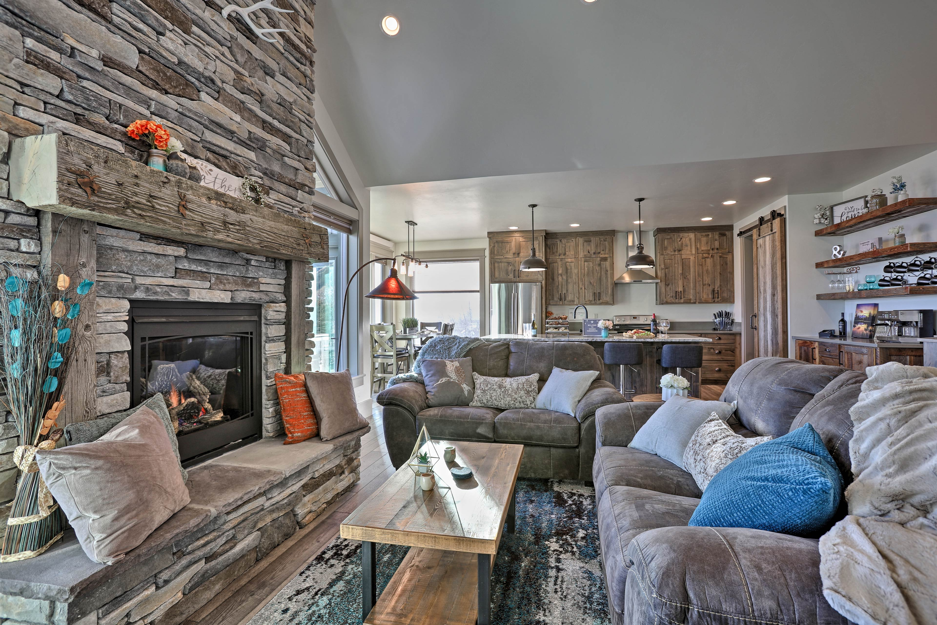 Get cozy in front of the grandiose gas fireplace.