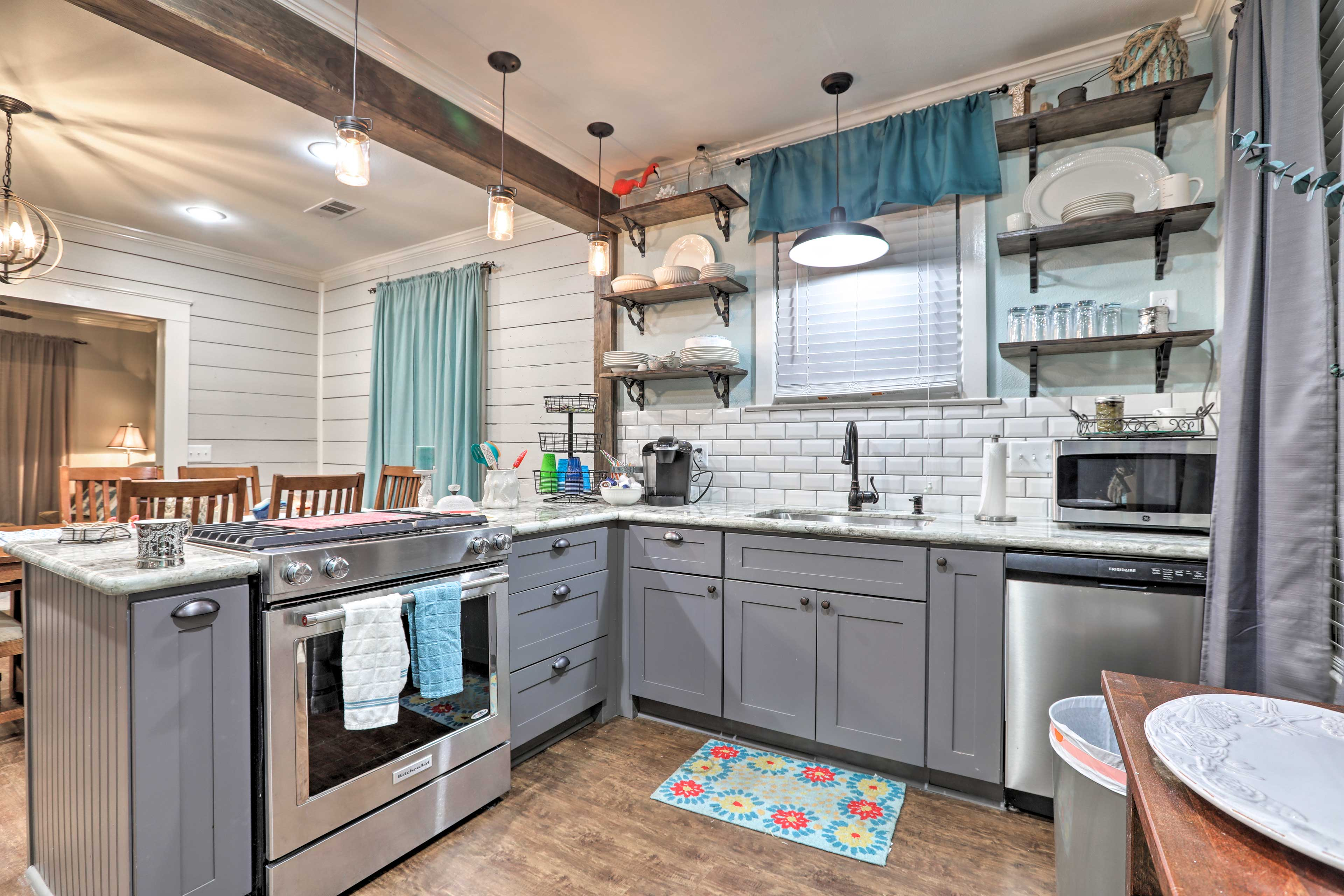 You'll find everything you need in this fully equipped kitchen.
