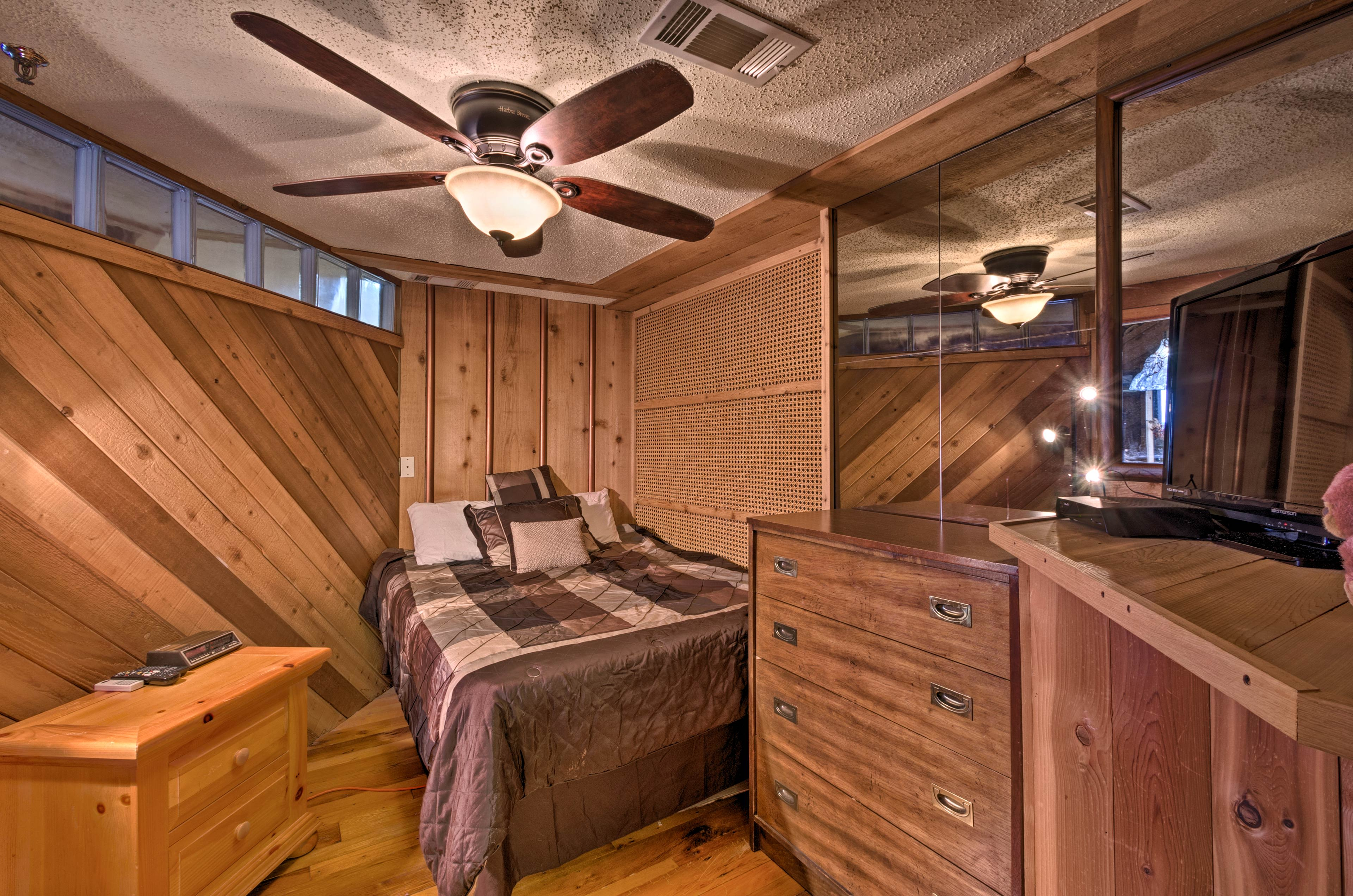 The master bedroom features a queen bed for 2 and a flat-screen cable TV.
