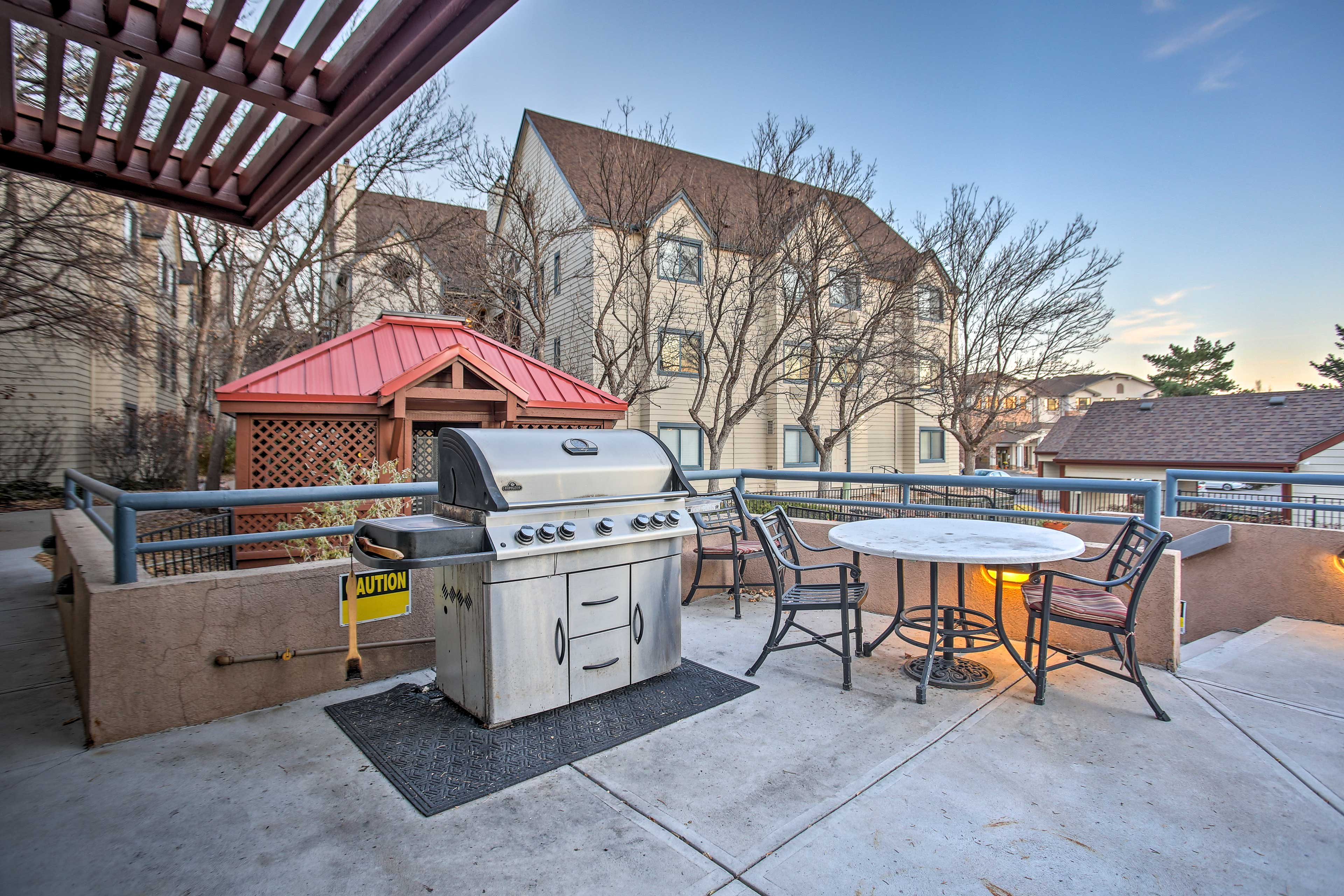 Enjoy on-site peks like a barbecue deck, community pool, fitness center and more