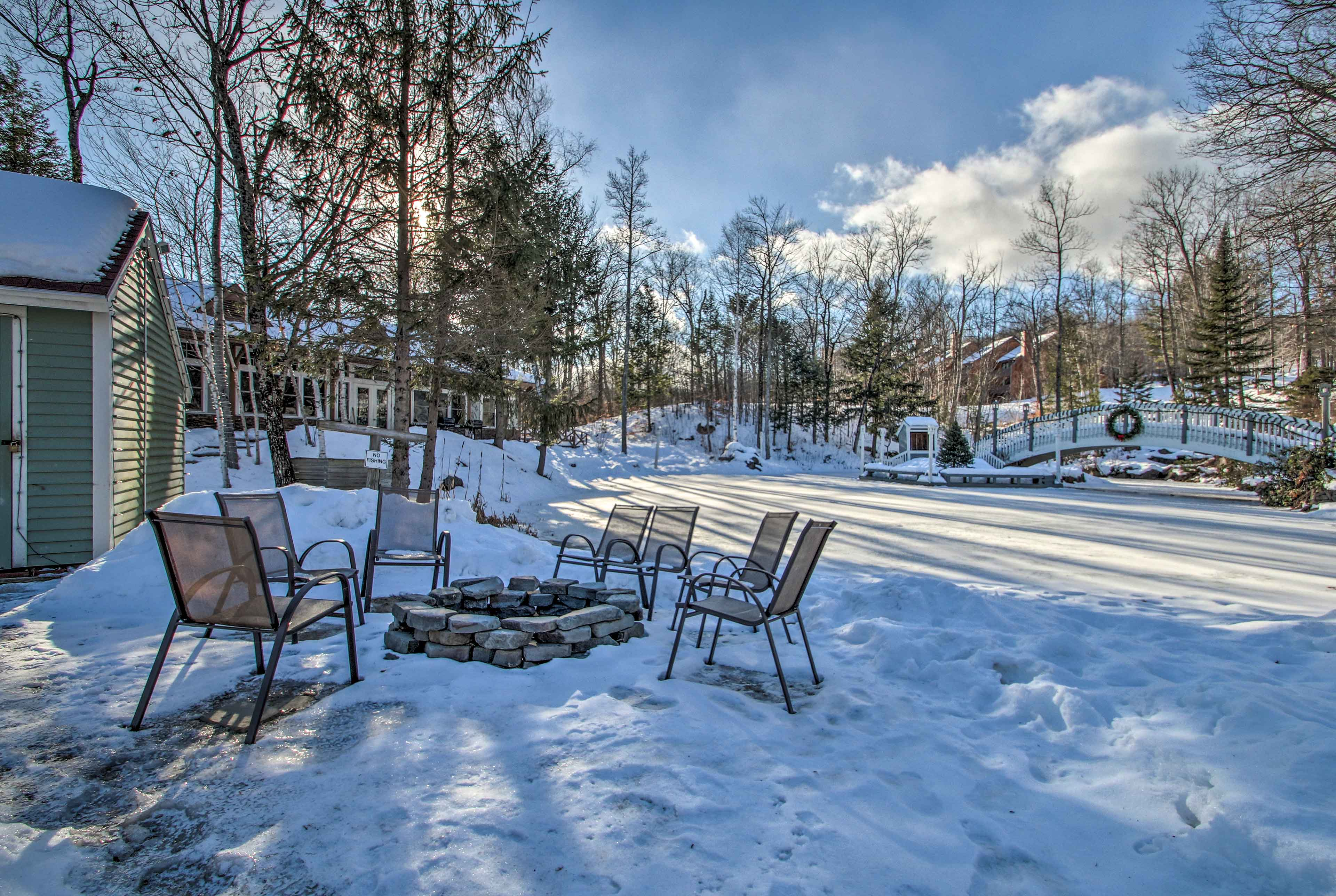 The 2-bed, 2-bath condo offers 6 guests a memorable mountain getaway.