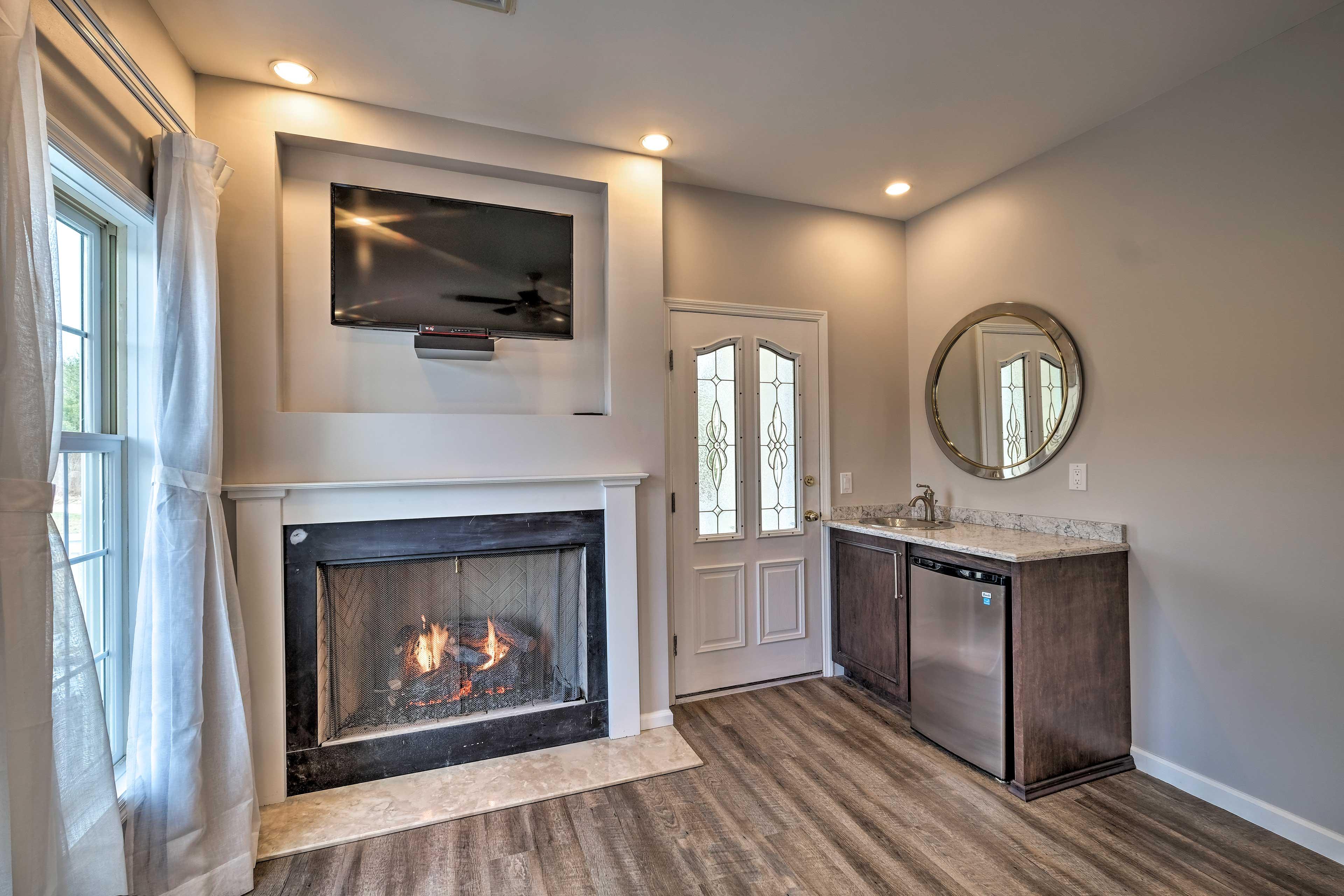 Bedroom 1: fireplace, flat-screen TV, mini kitchenette