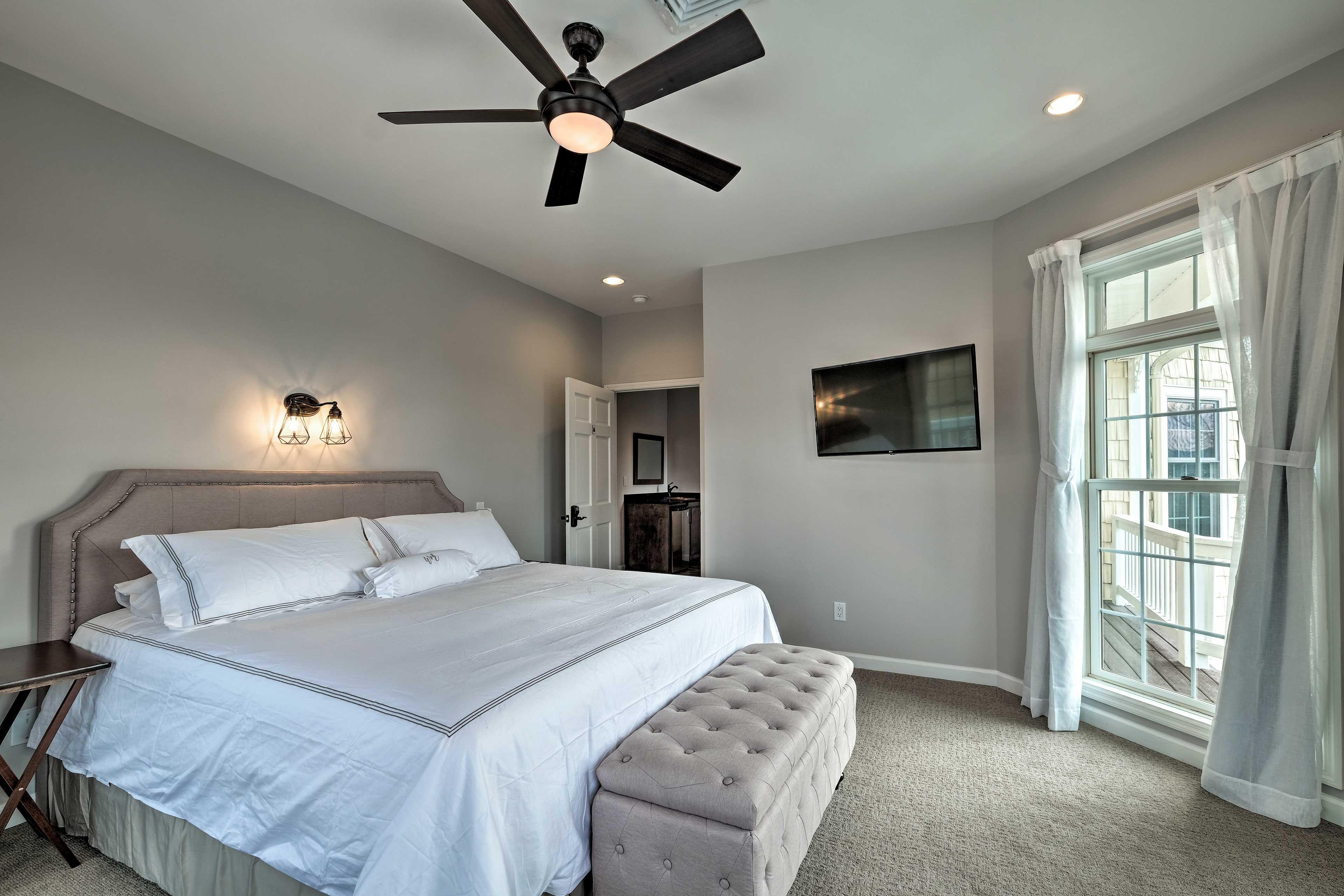 Bedroom 4: king bed, flat-screen TV