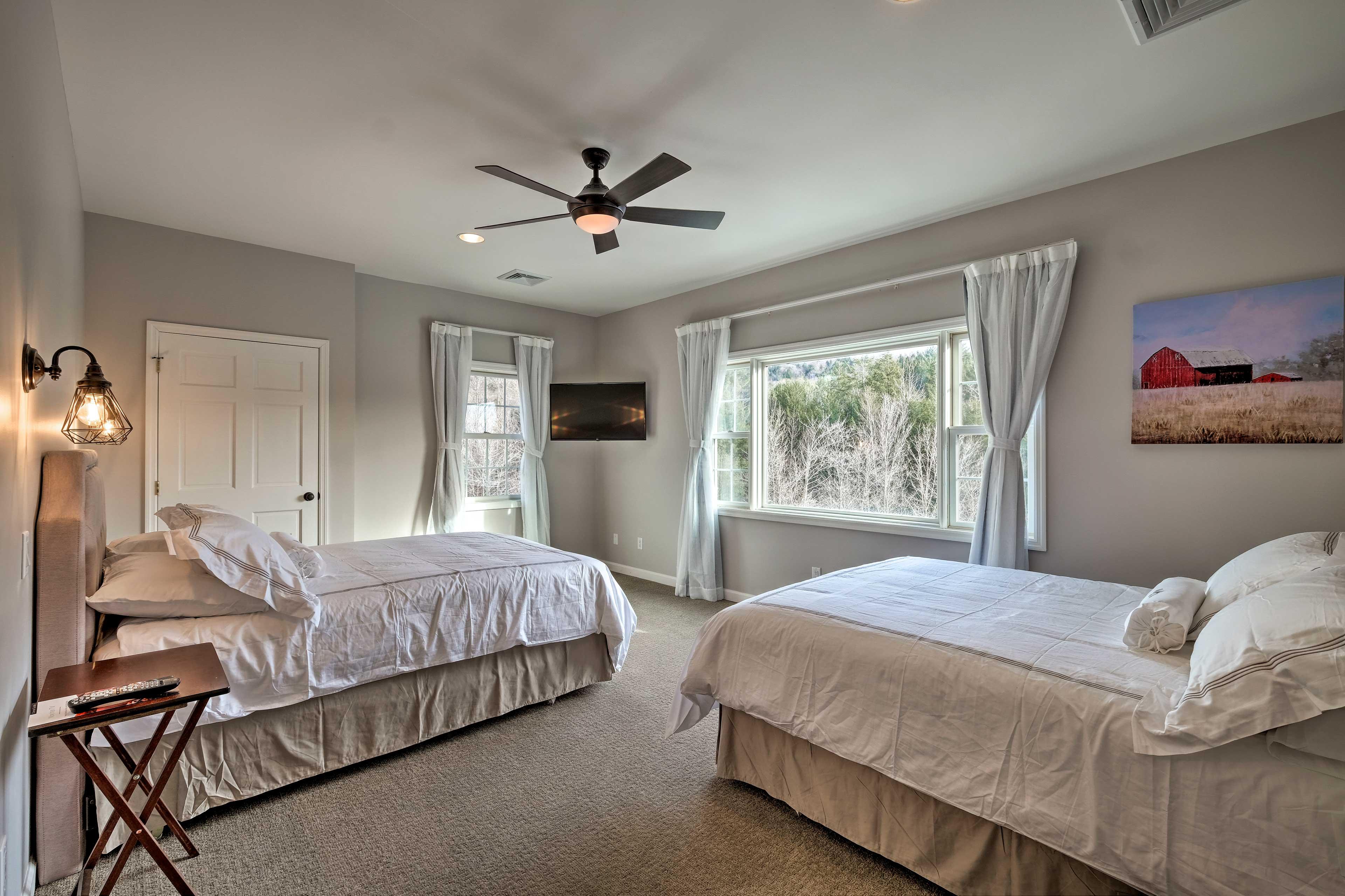 Bedroom 10: 2 queen beds, flat-screen TV