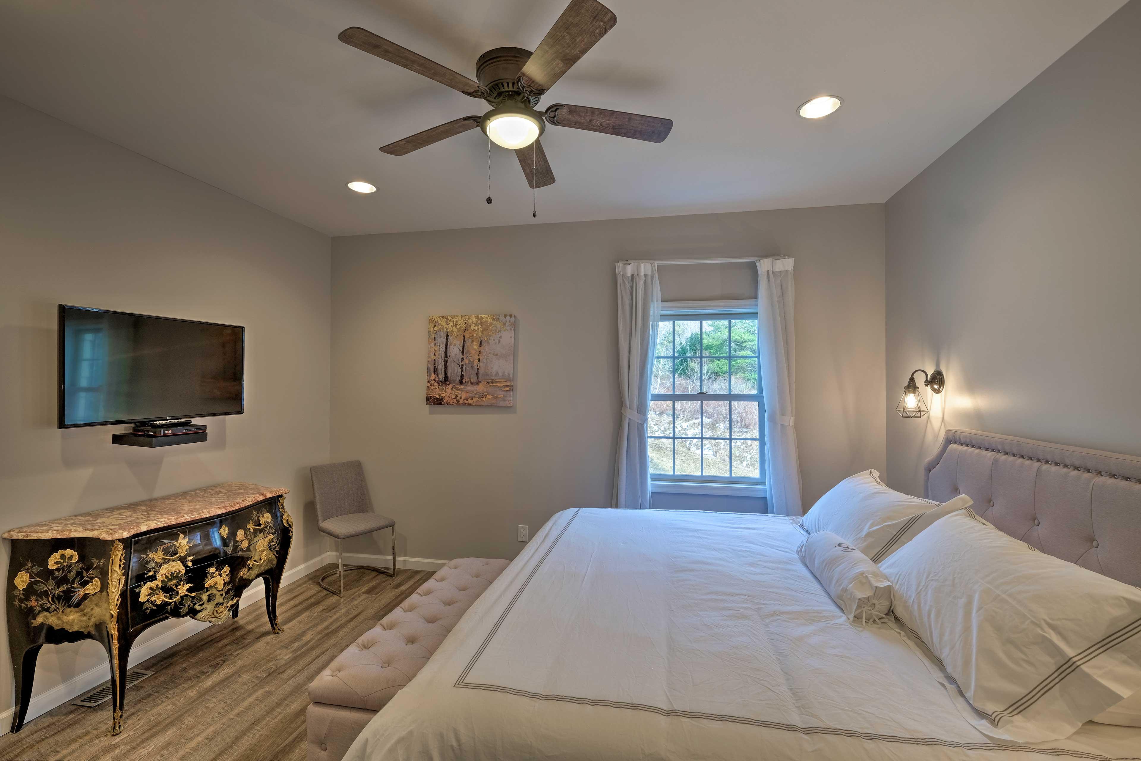 Bedroom 9: king bed, flat-screen TV