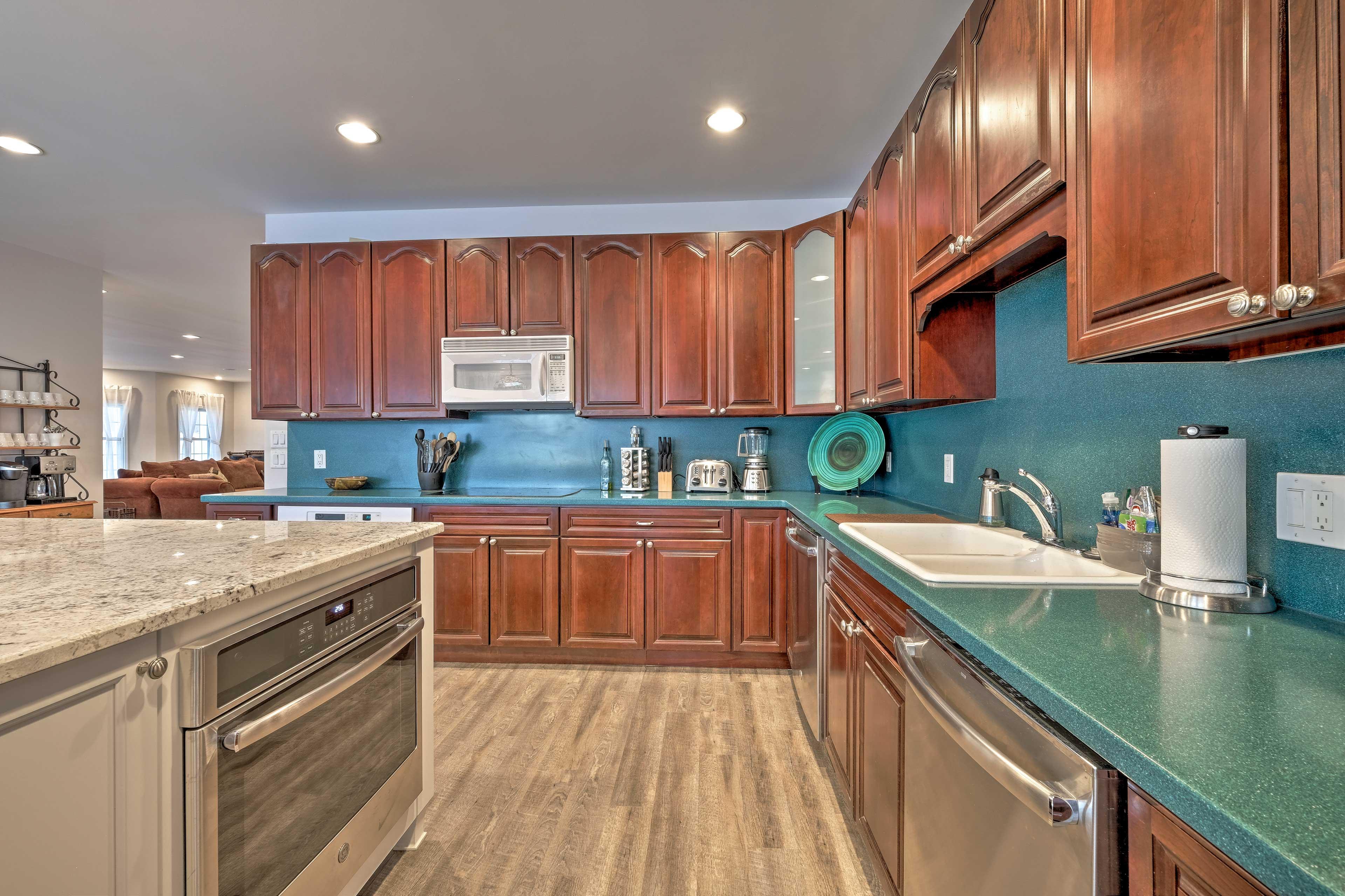 Enjoy luxurious kitchen amenities like a full knife set, blender, & spices.