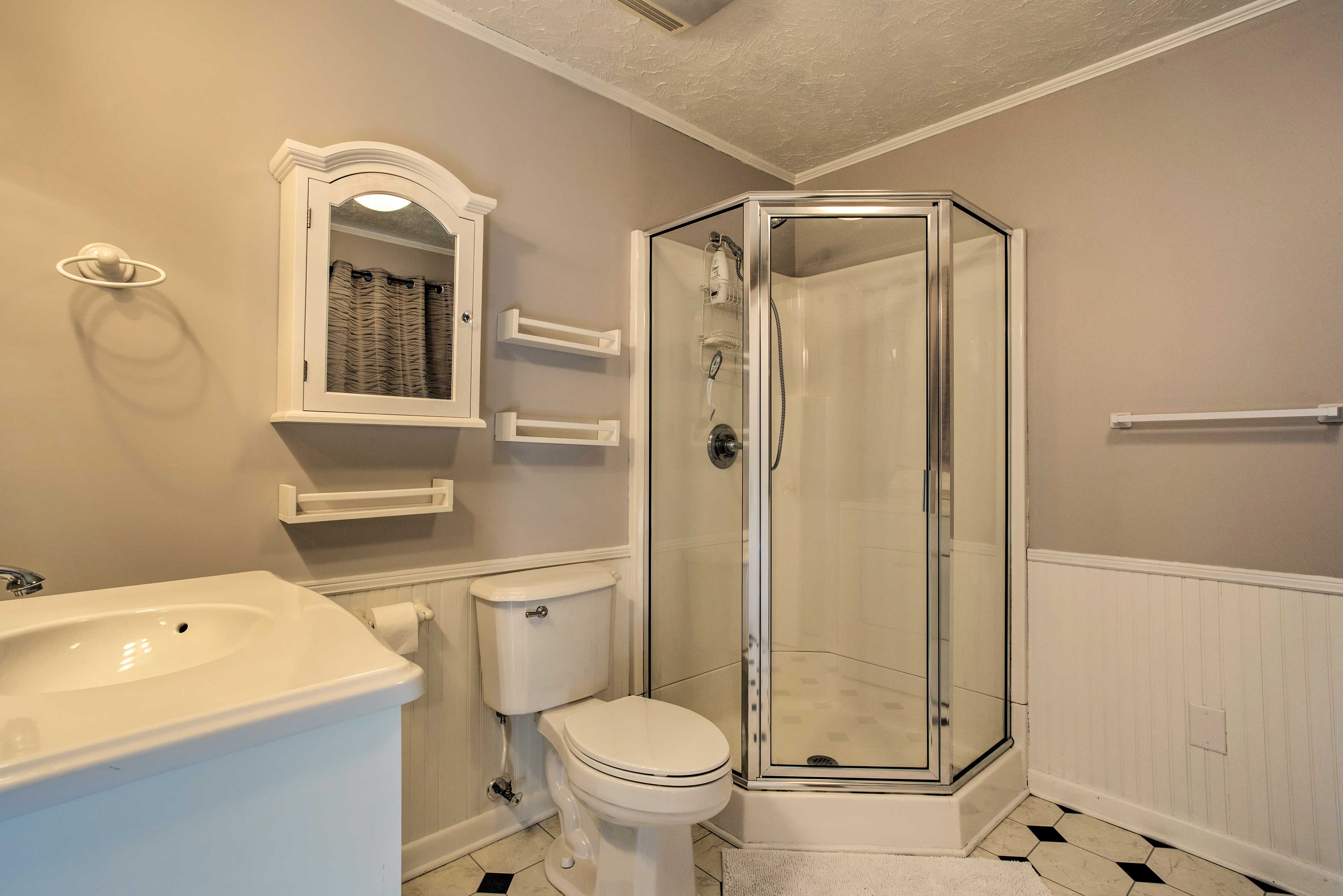 Connected to the master bedroom is this full en-suite bathroom.