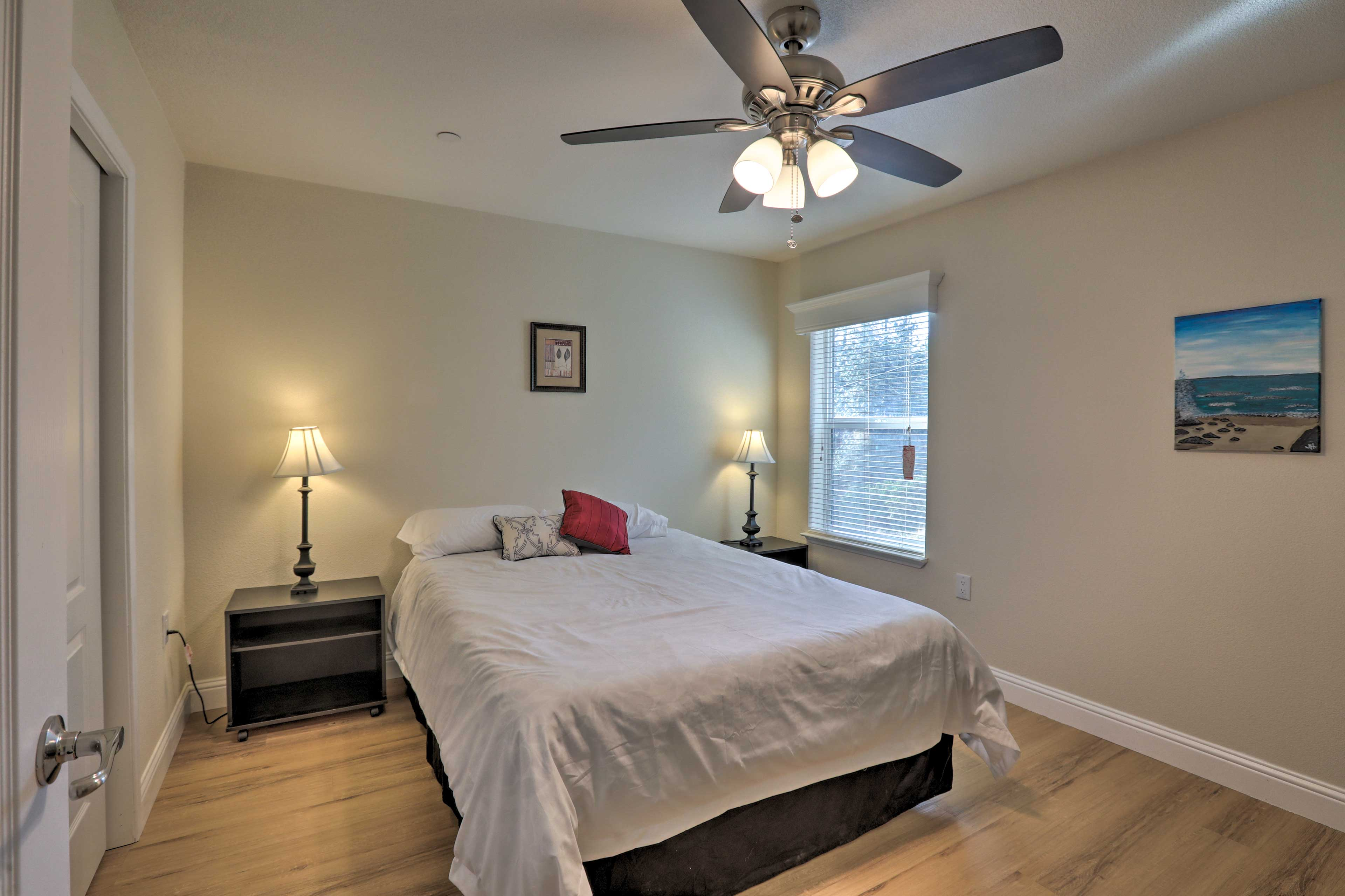 Two guests can share this queen bed.