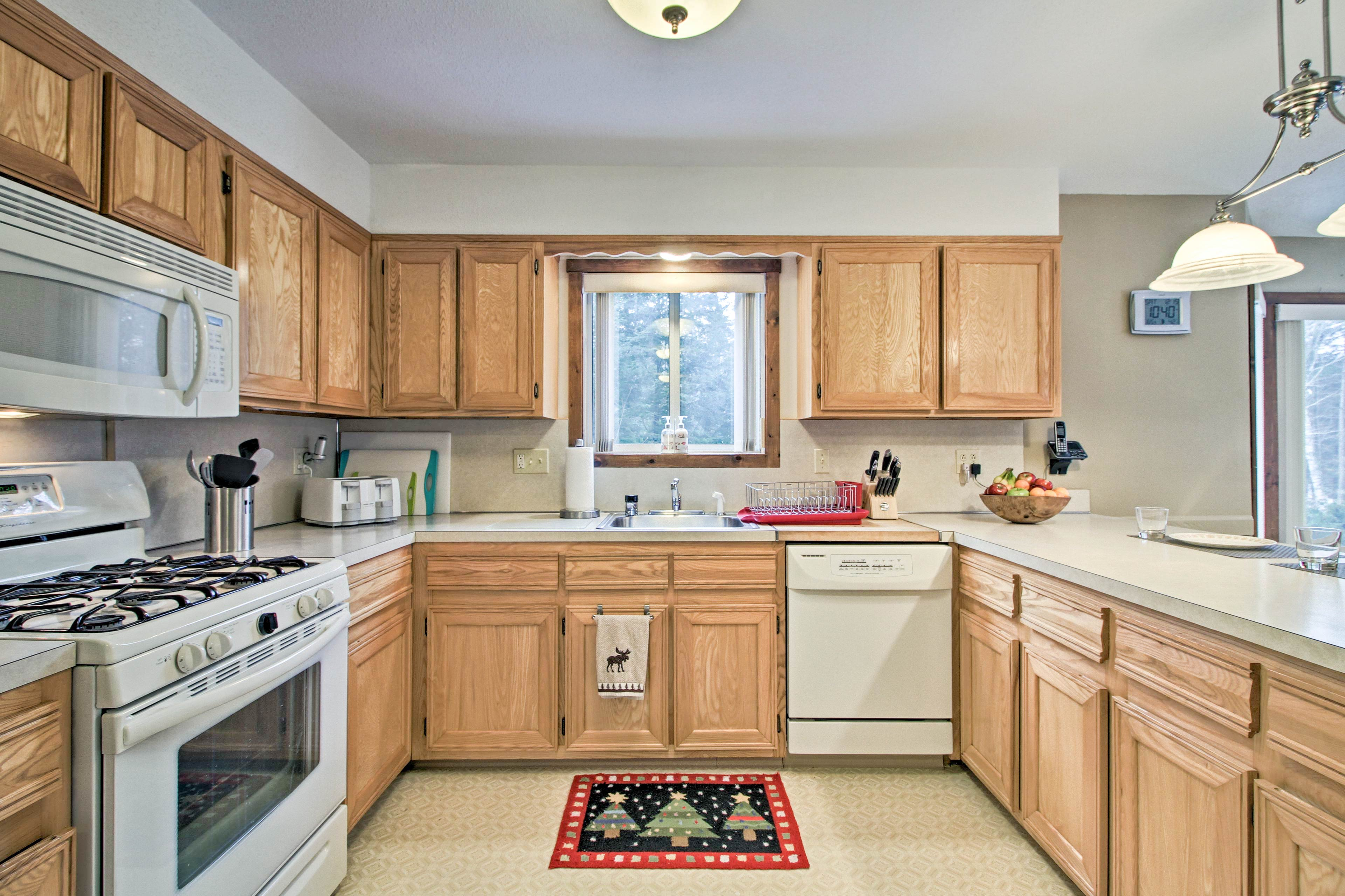 The fully equipped kitchen makes preparing home-cooked meals a breeze!