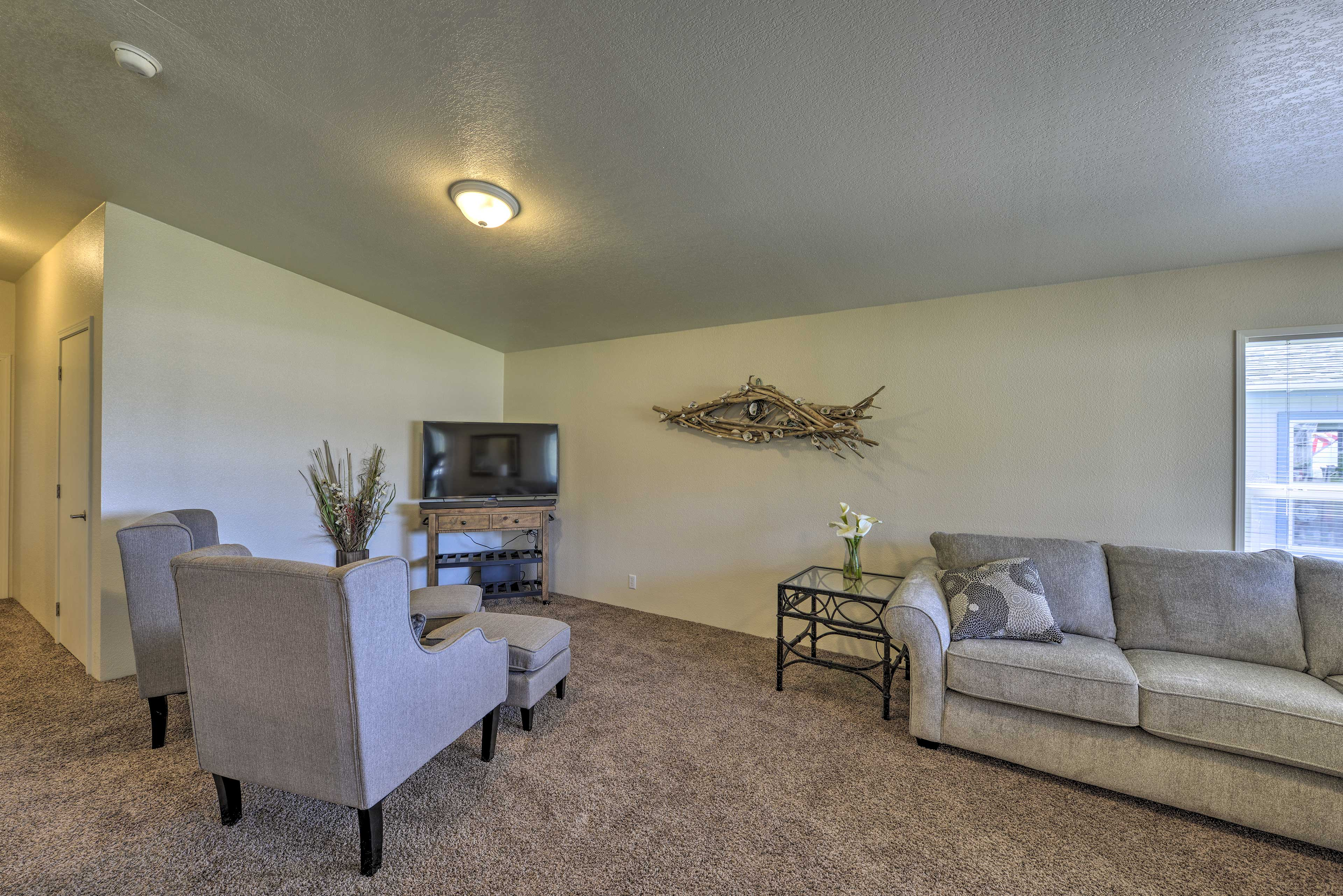 The living area boasts a flat-screen cable TV and cathedral ceilings.