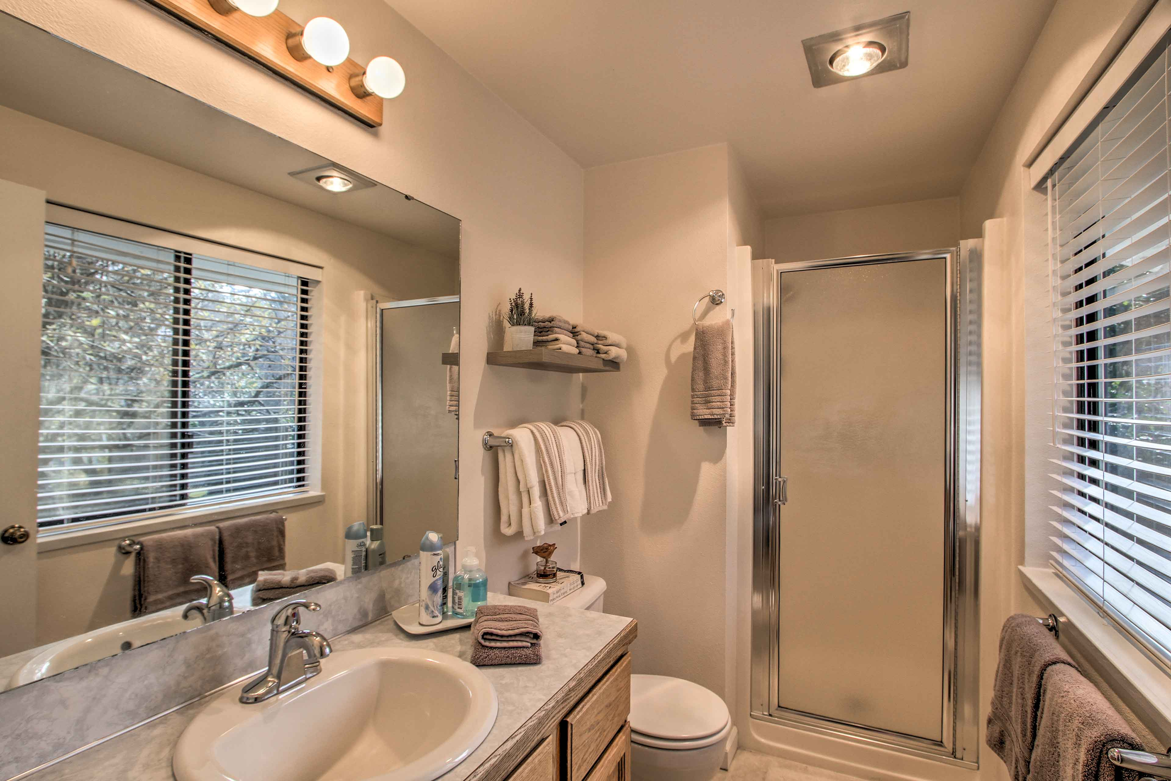 This en-suite bath is the perfect spot to freshen up.