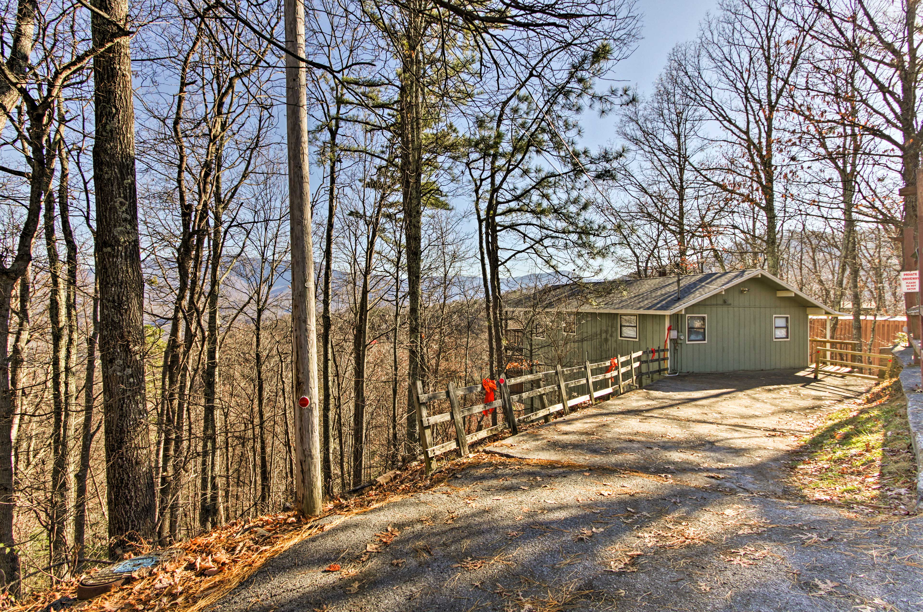'Toggen Haus' is 3 miles from Gatlinburg and 11 miles from Pigeon Forge!
