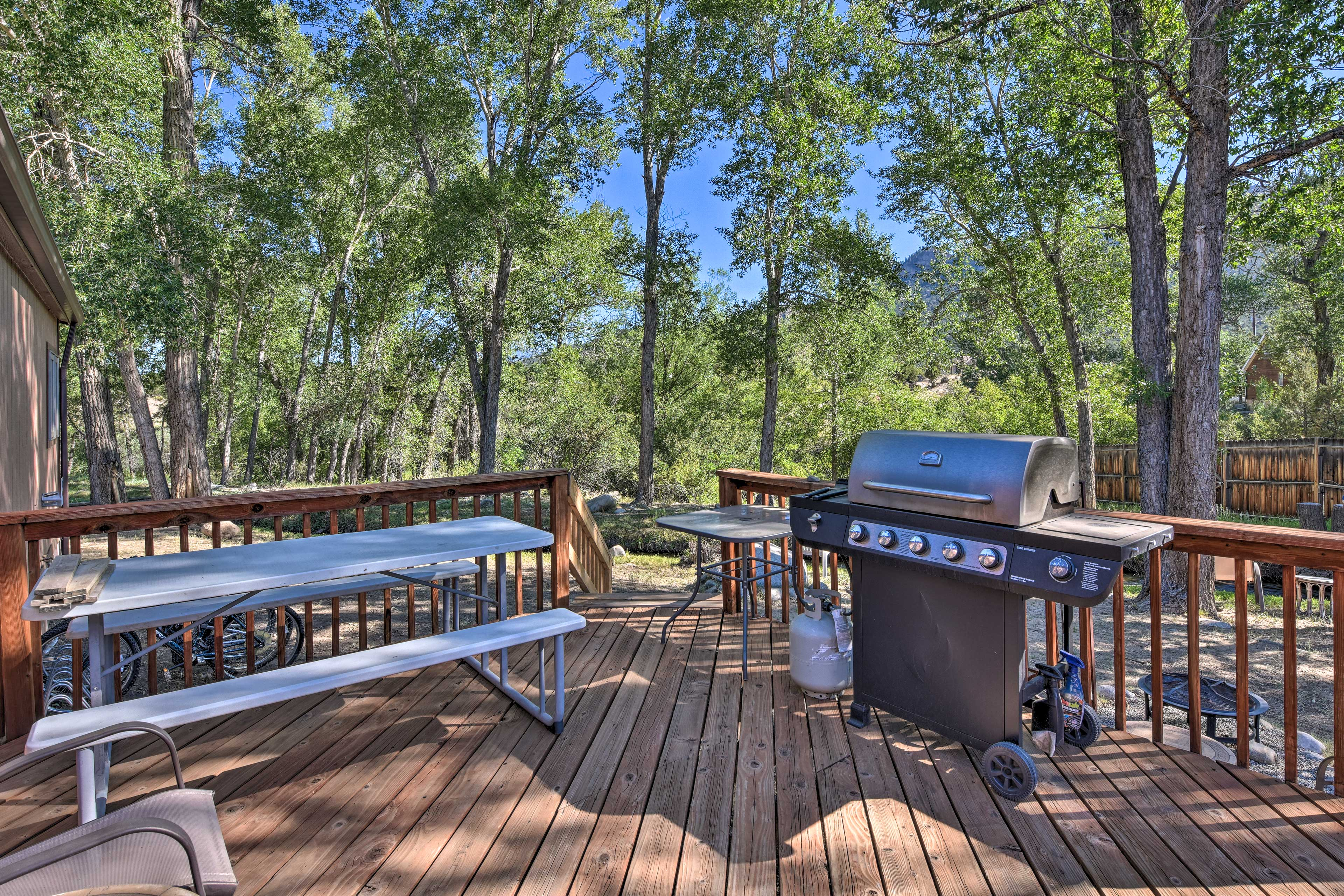 You'll love hosting family barbecues with 2 outdoor dining tables & a gas grill.