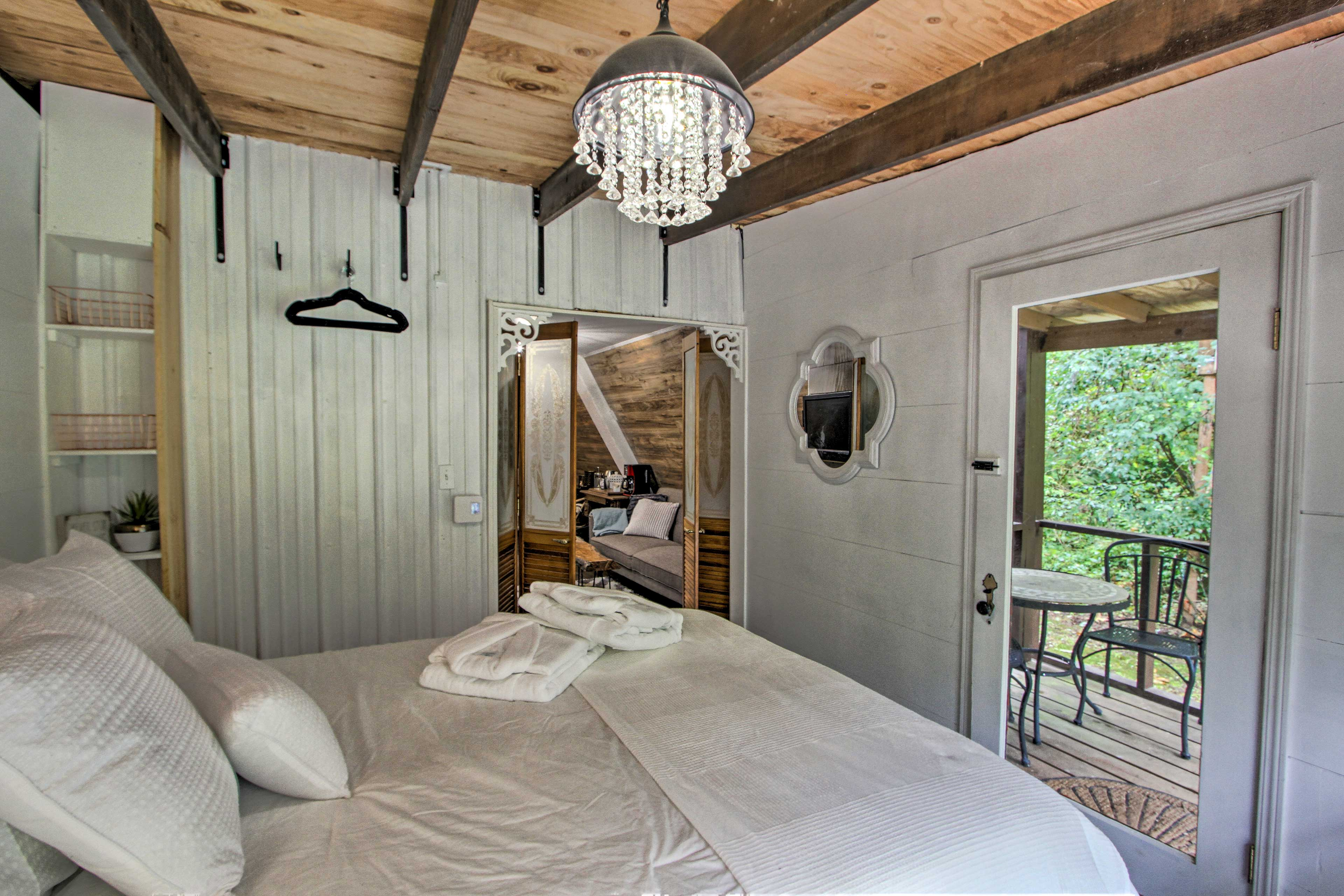 The other 2 travelers will love retreating to this peaceful bedroom.