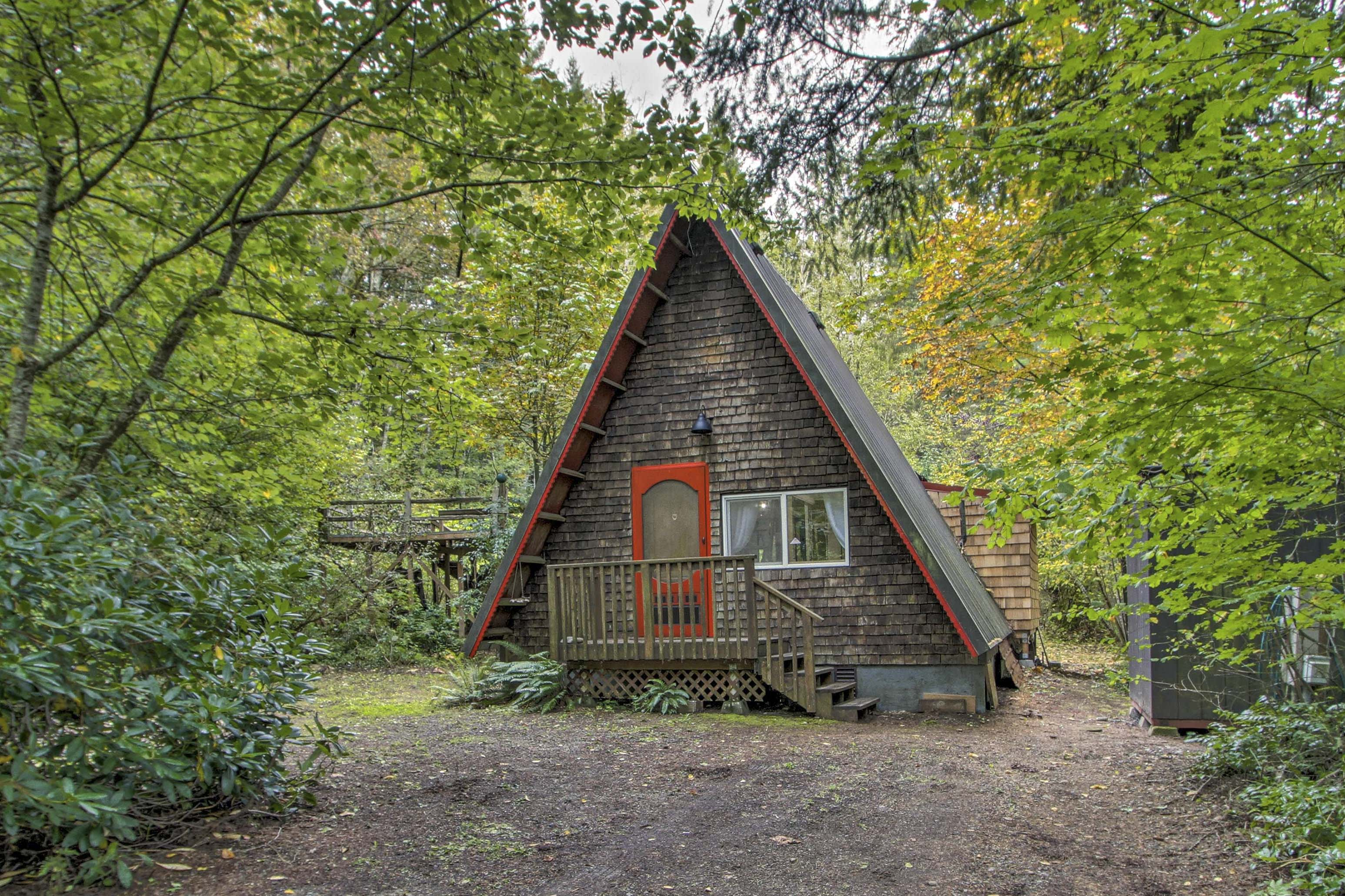 Get away to Hoosport, Washington & reconnect with nature at this charming cabin.