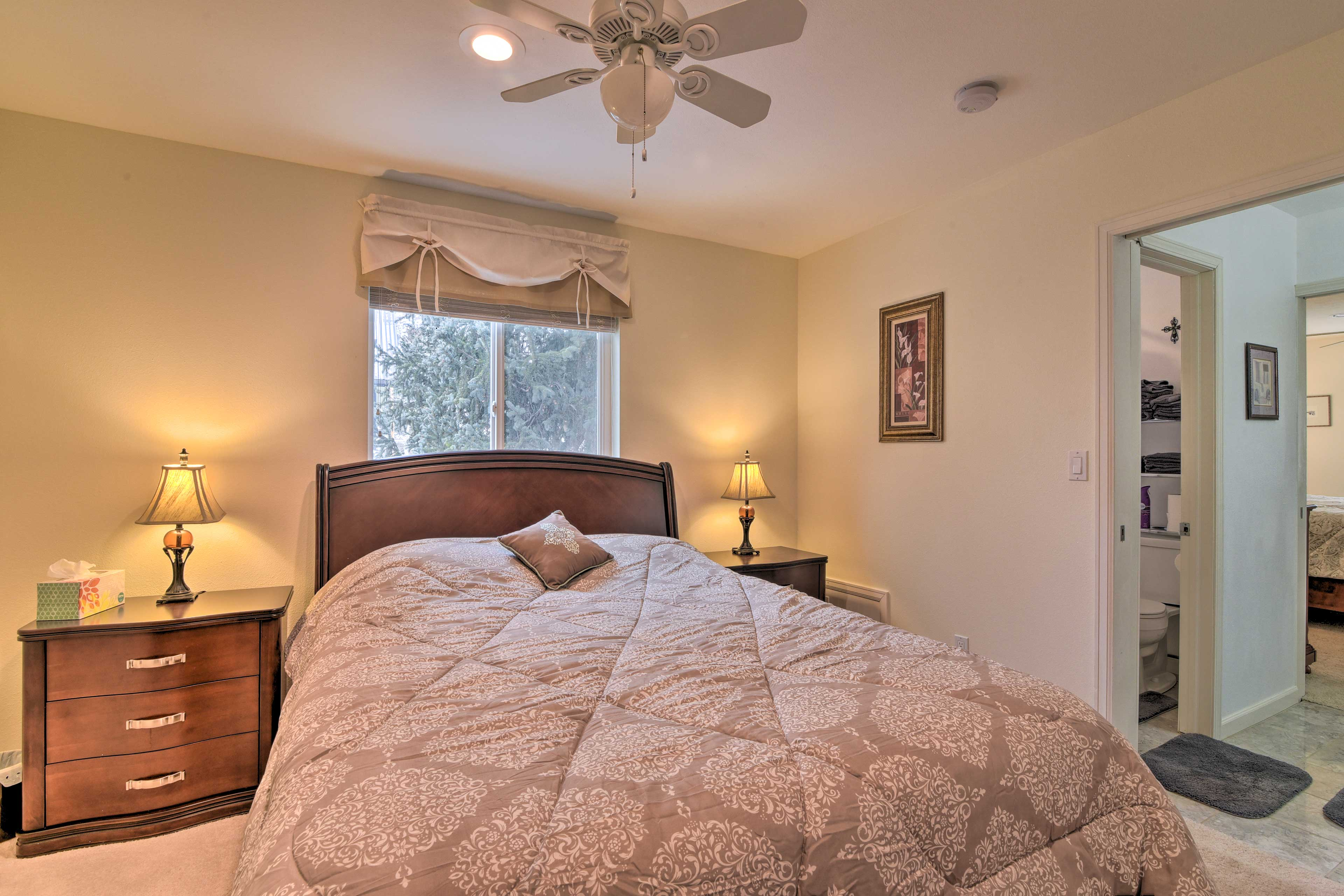 There is a queen bed in this bedroom.