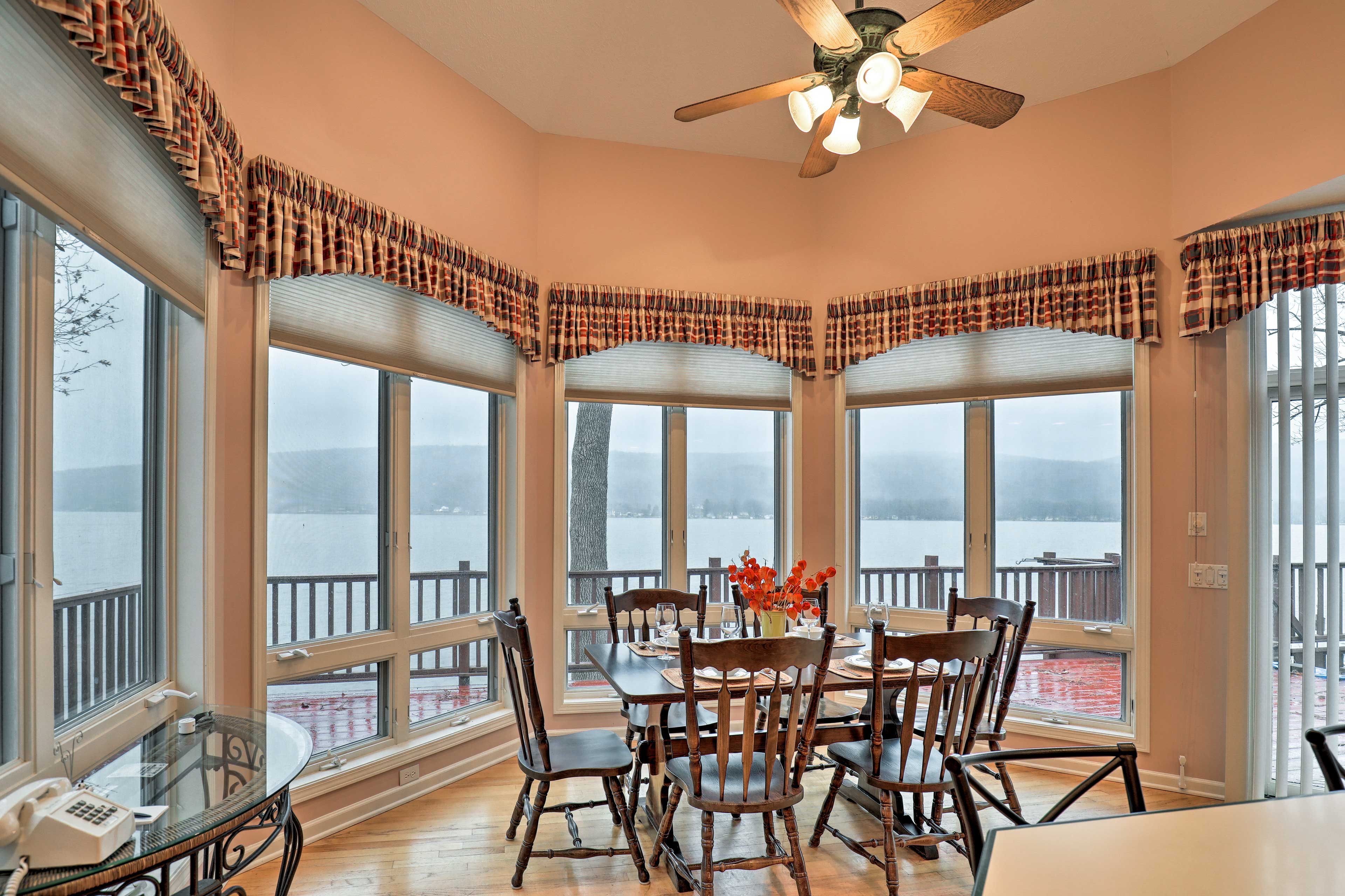 Set the 6-seat dining table and gather for a family meal with a stunning view!