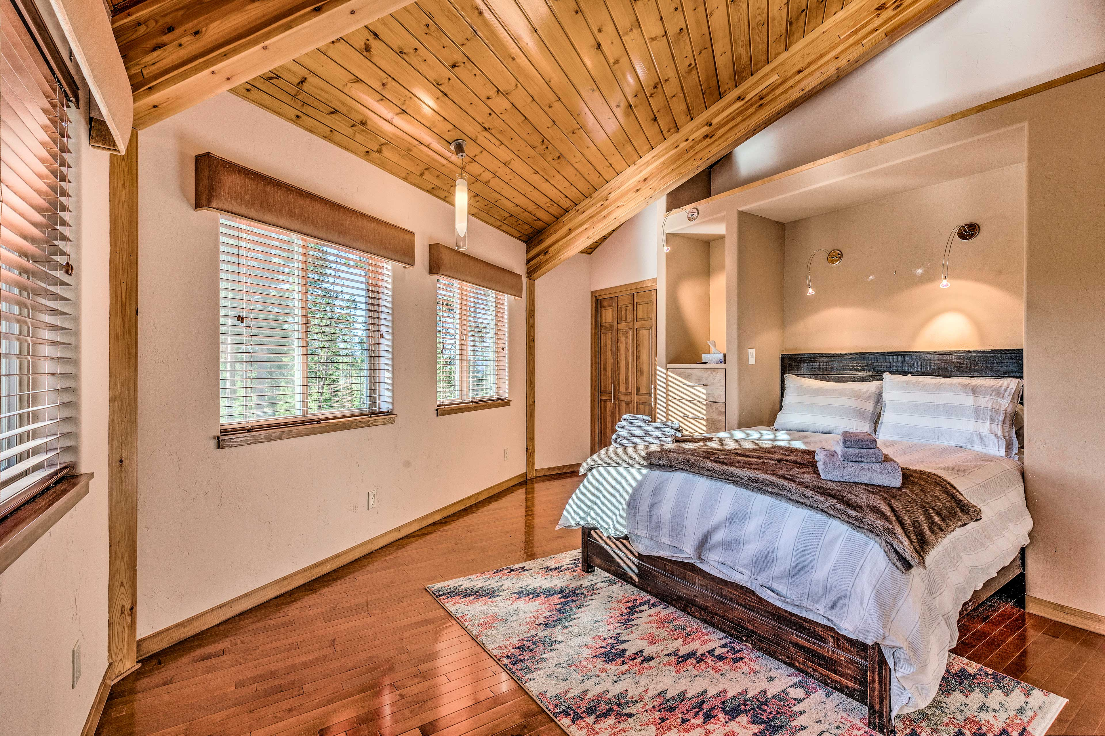 You'll find a queen bed in this room.