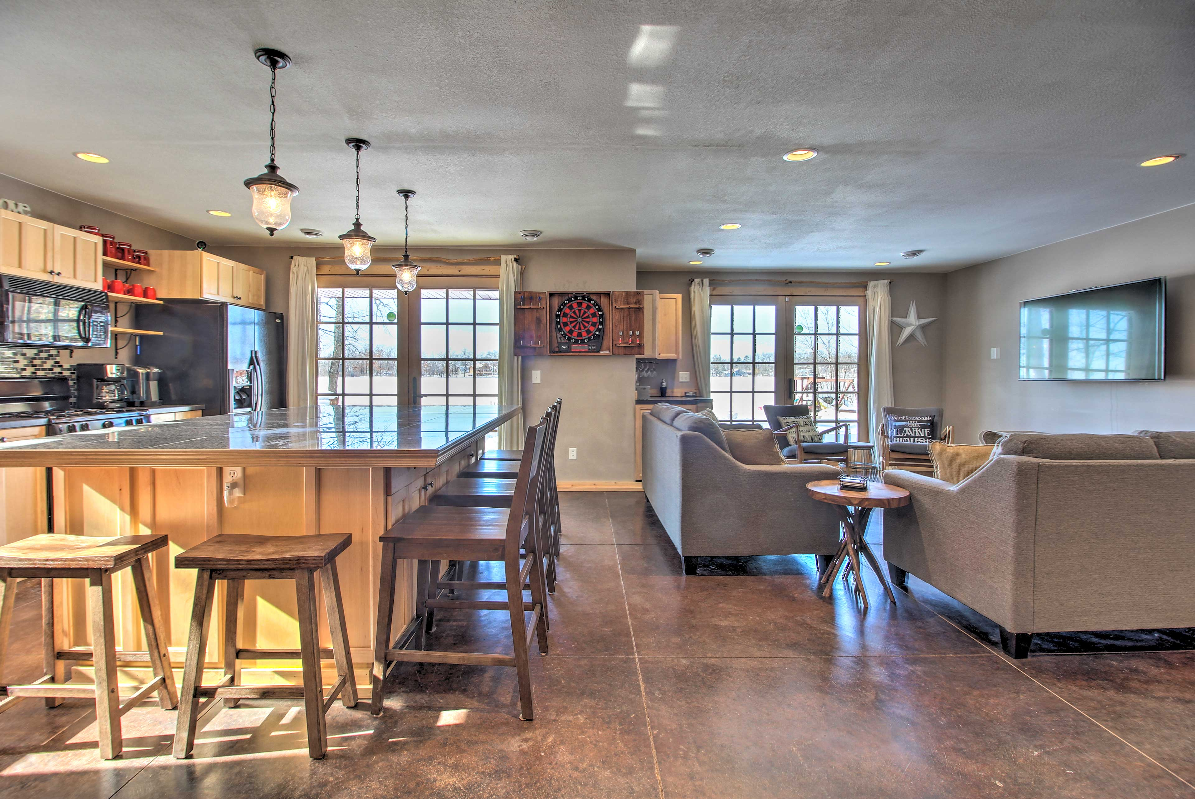 This lakefront vacation rental offers 2,424 square feet for 14 guests.