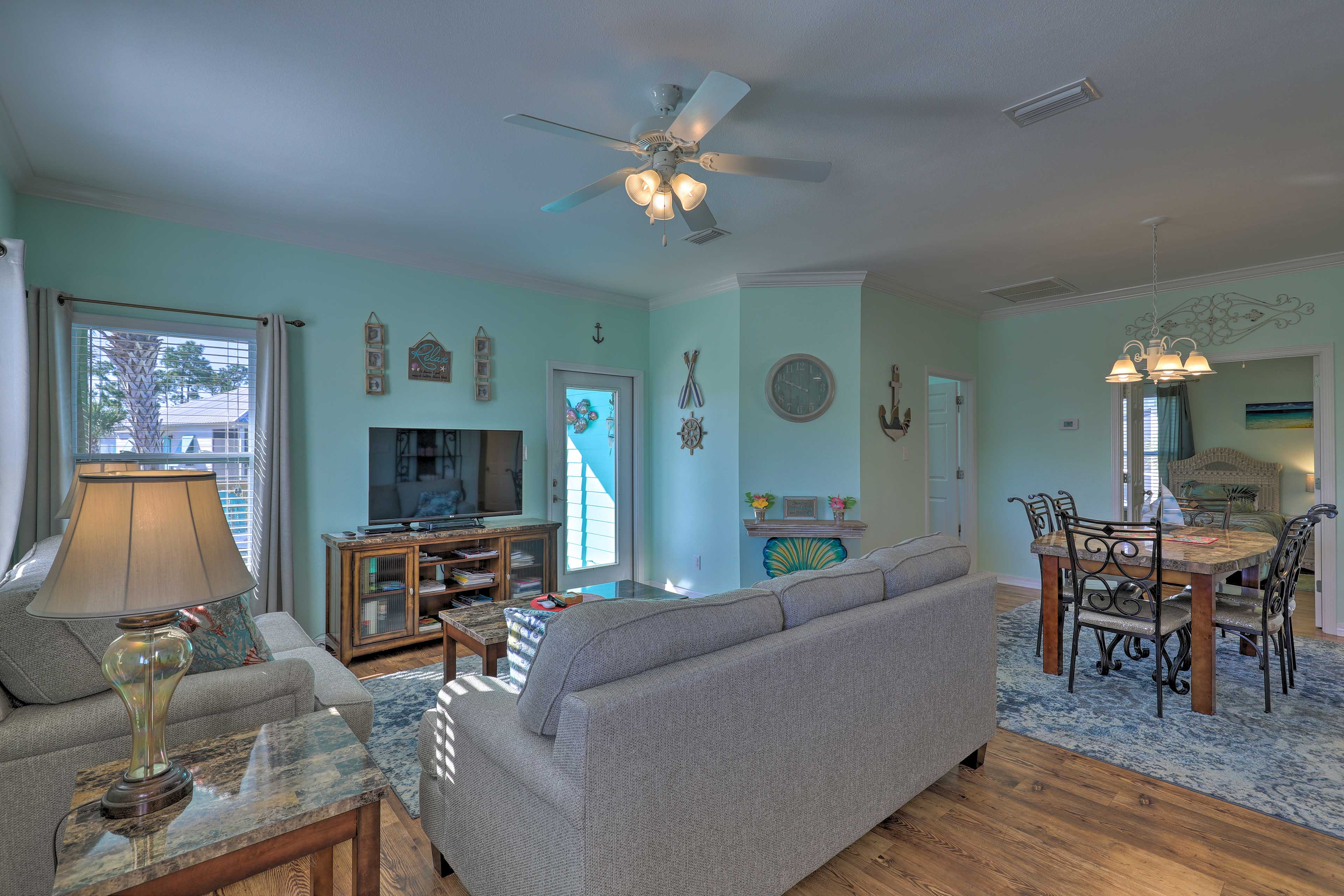 Living Room | Cable TV w/ Netflix & Amazon | Ceiling Fan