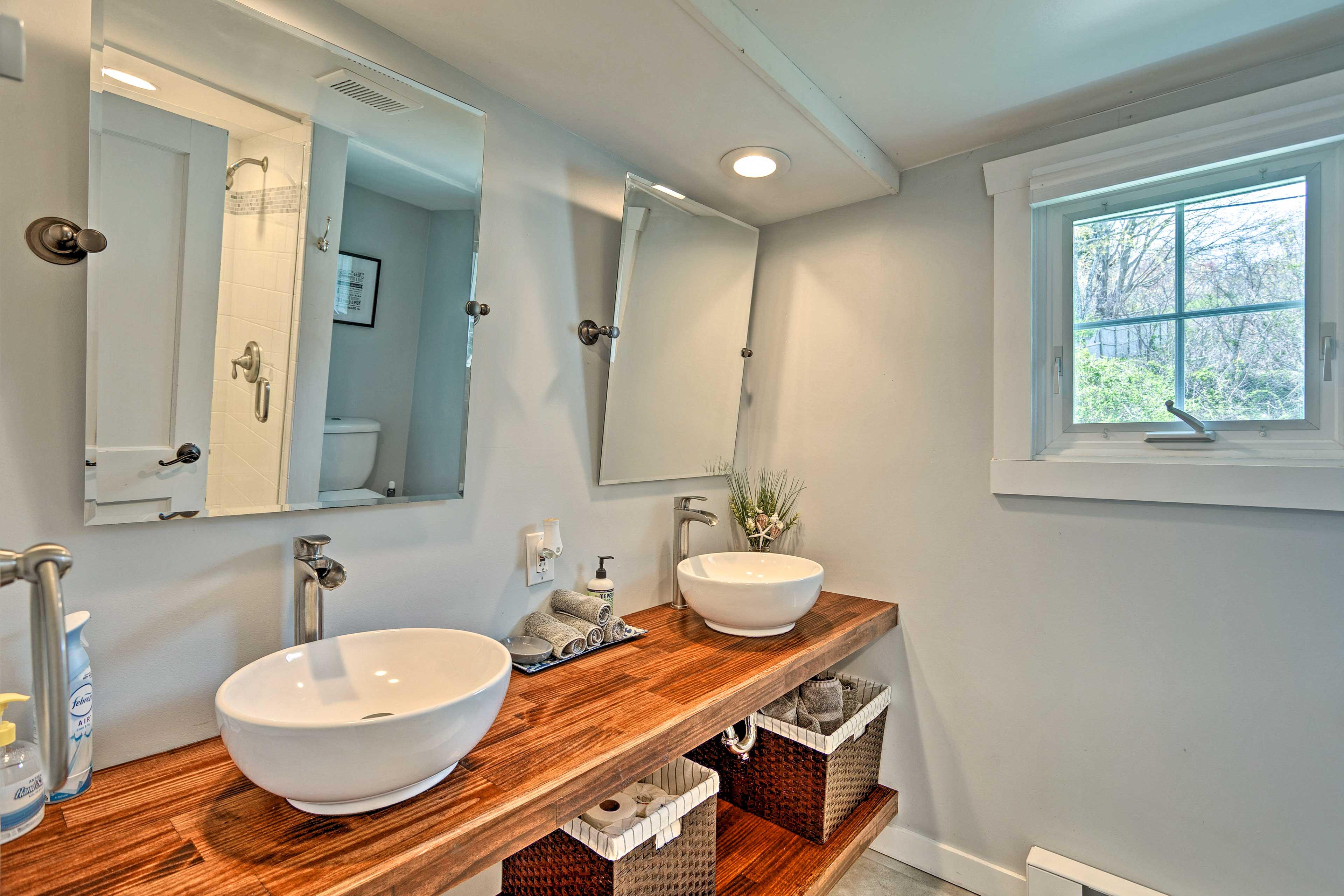 Full Bathroom   Complimentary Toiletries