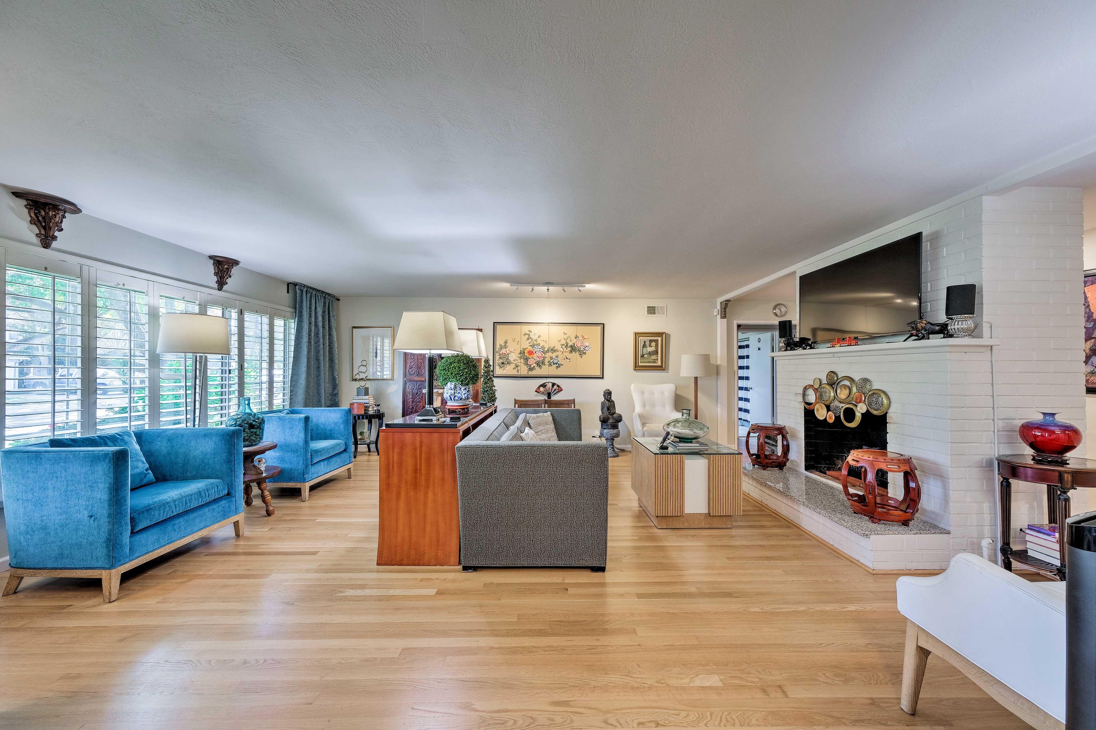 Living Room | 55-Inch 4K Smart TV w/ Roku