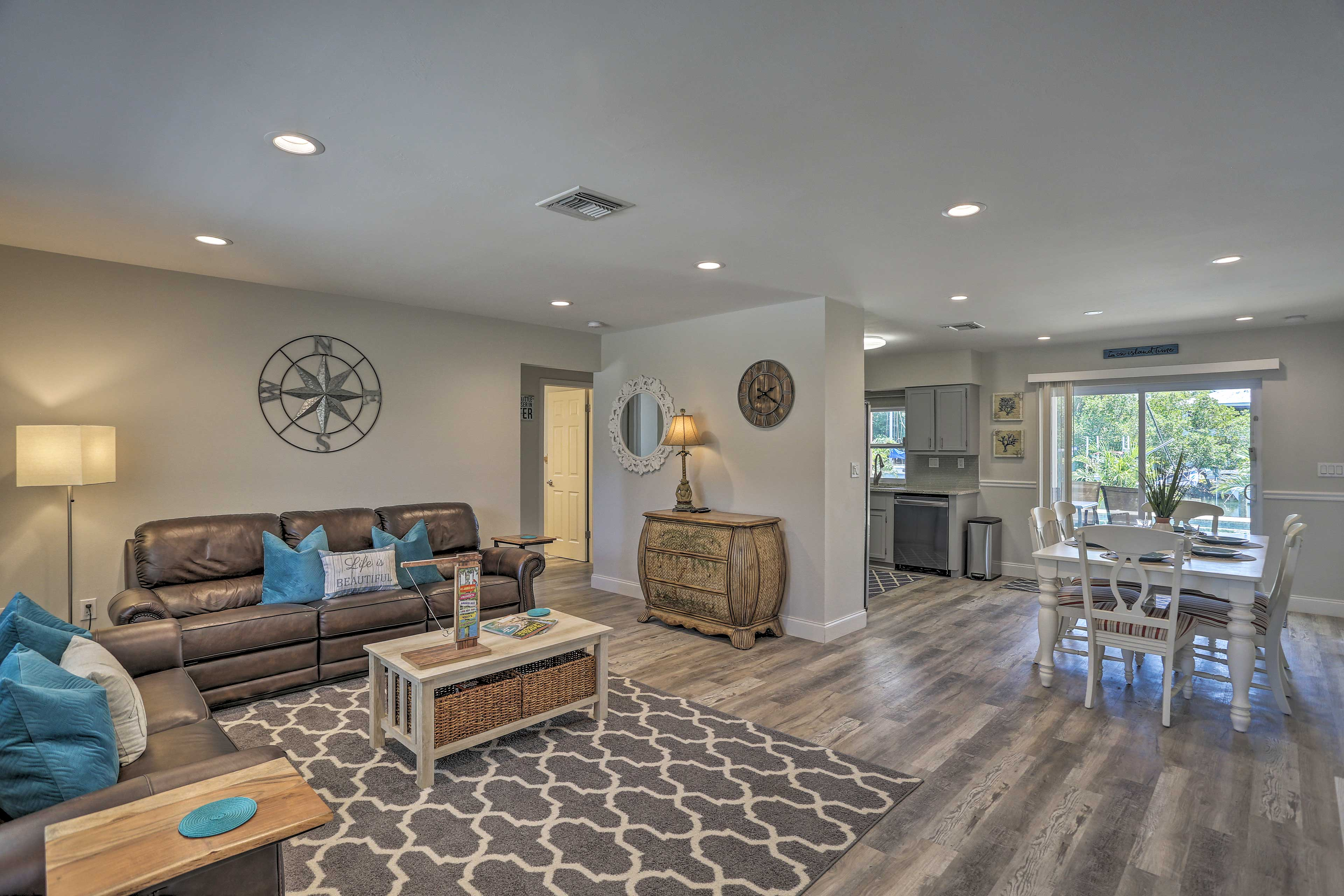 The open layout leads freely into the kitchen and dining area.