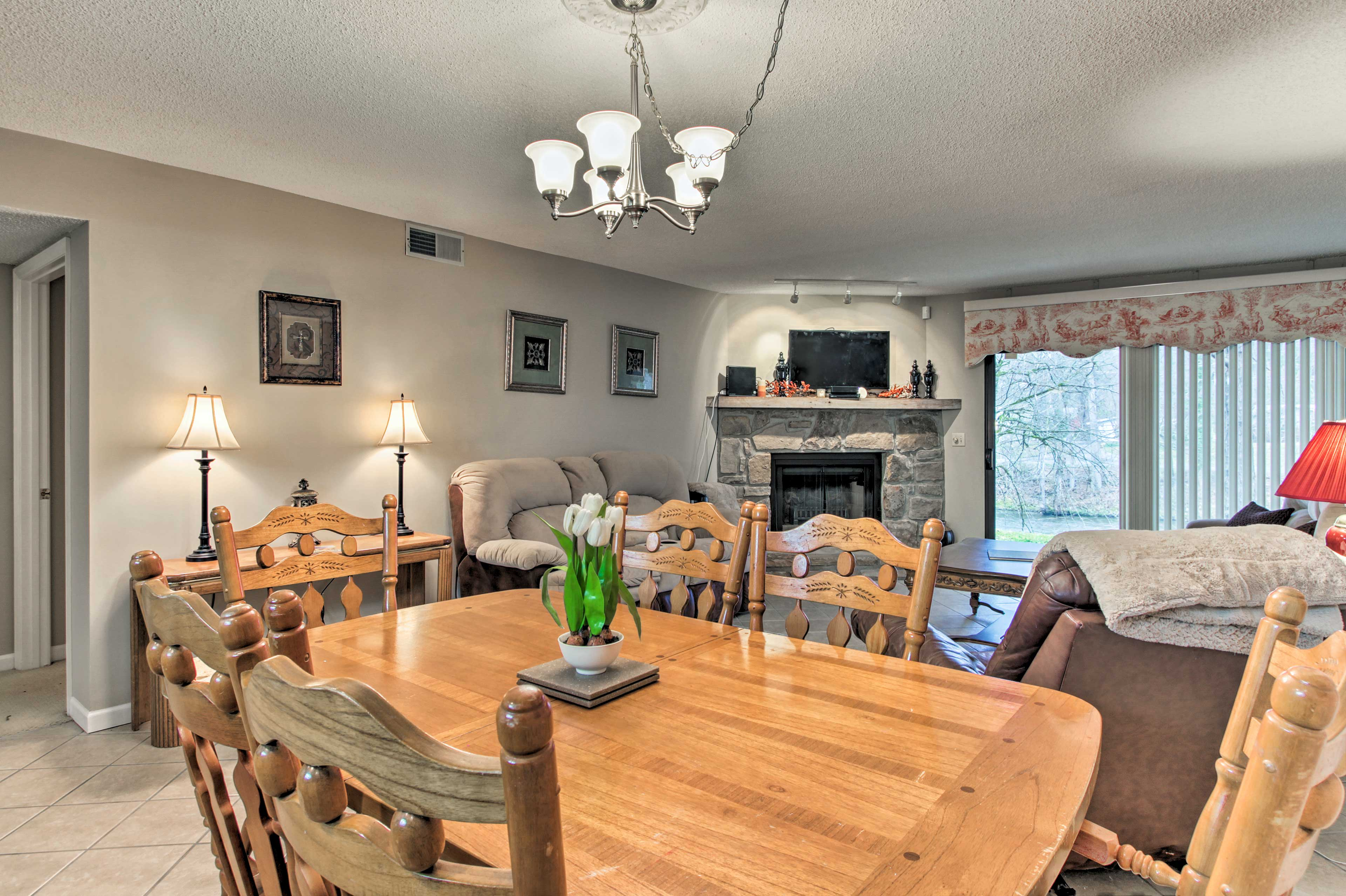 Discuss your plans while you eat around the 6-person dining table.