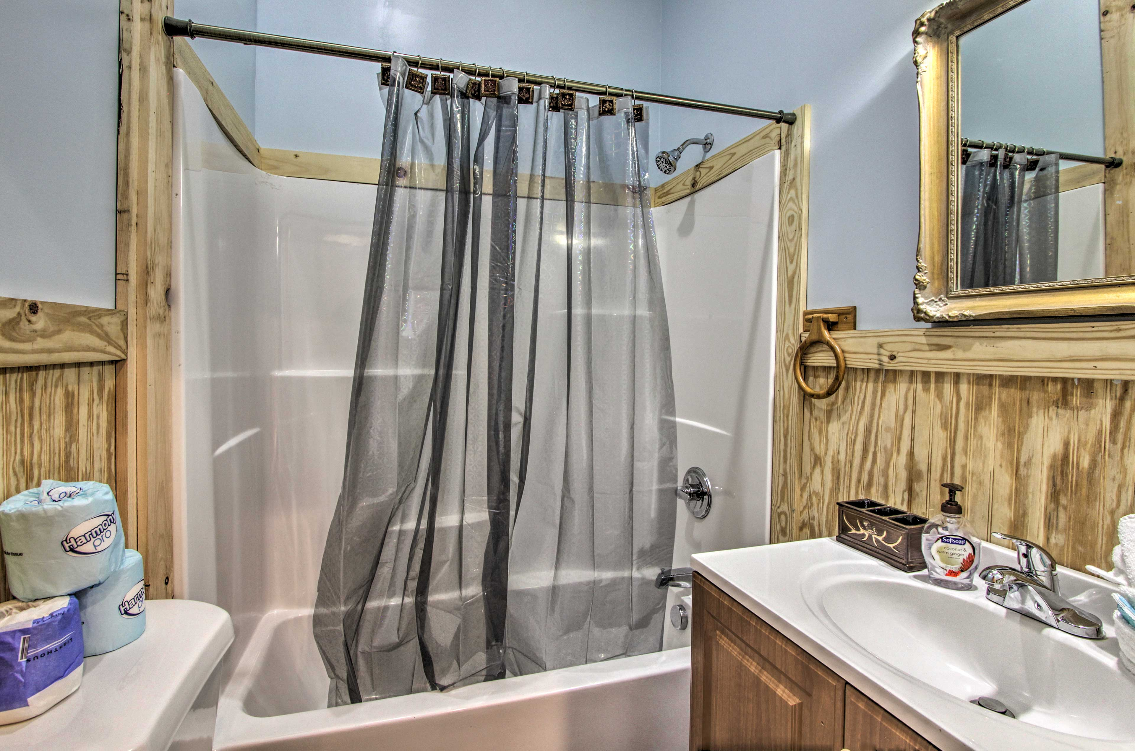 Clean up in the en-suite bathroom with a shower/tub combo!