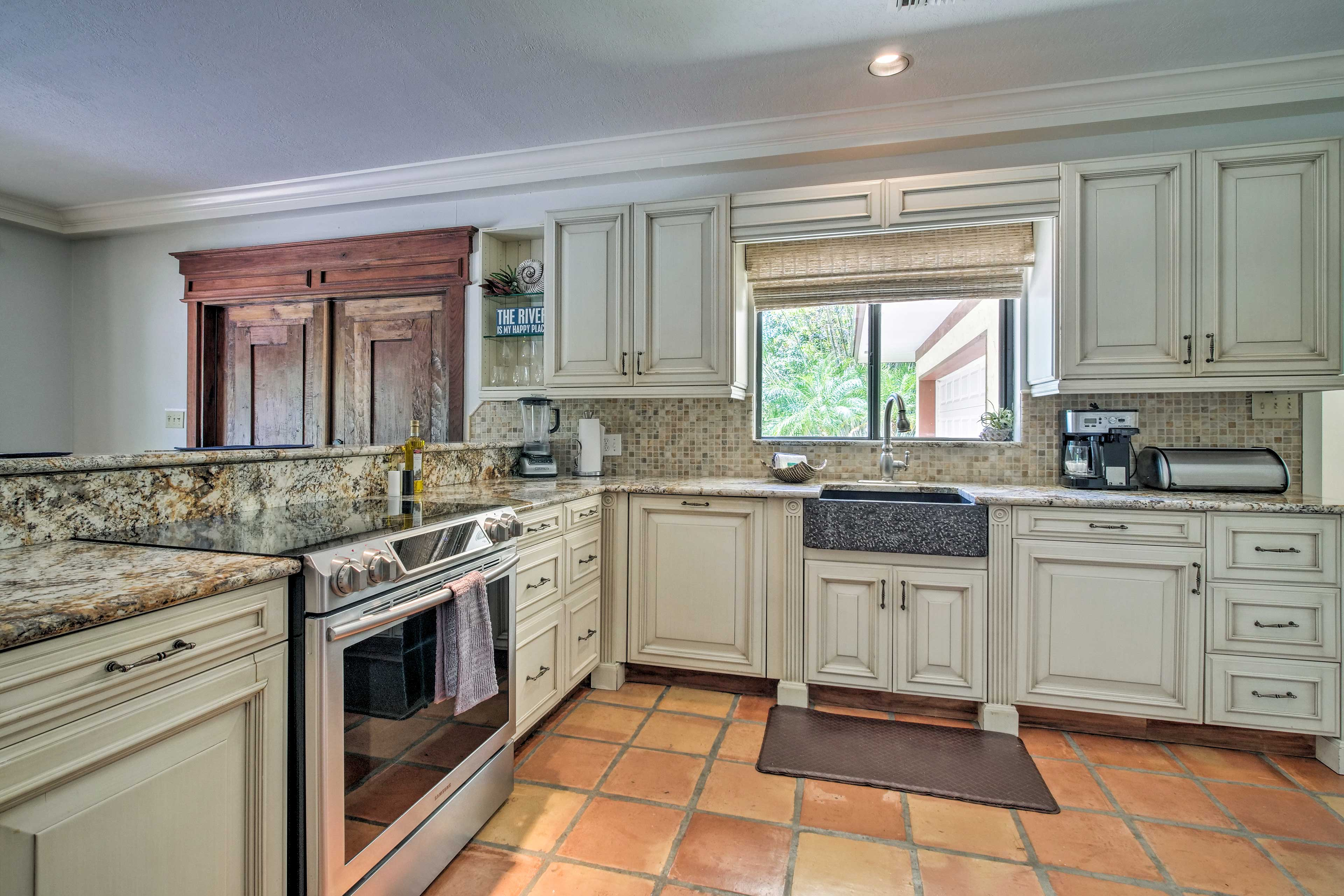 Cook with ease in this fully equipped kitchen w/ stainless steal appliances.