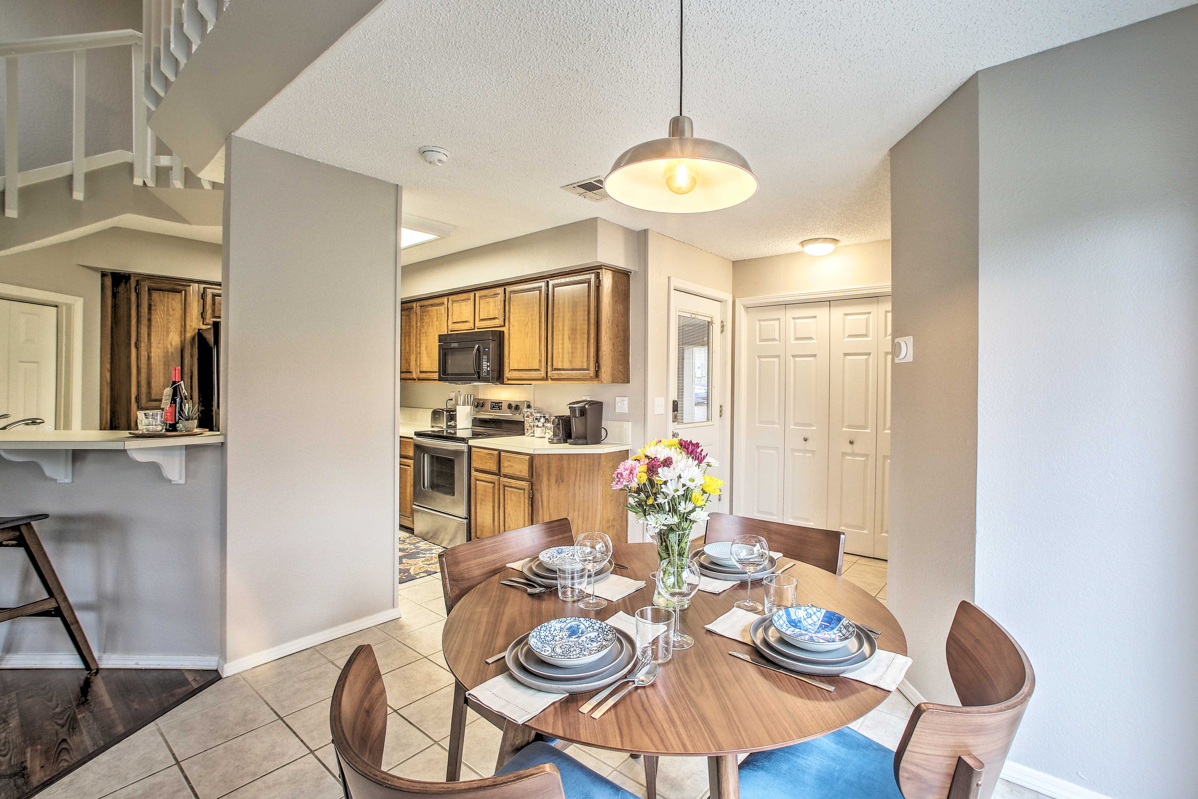 When dinner is ready, dine together at the 4-person table!